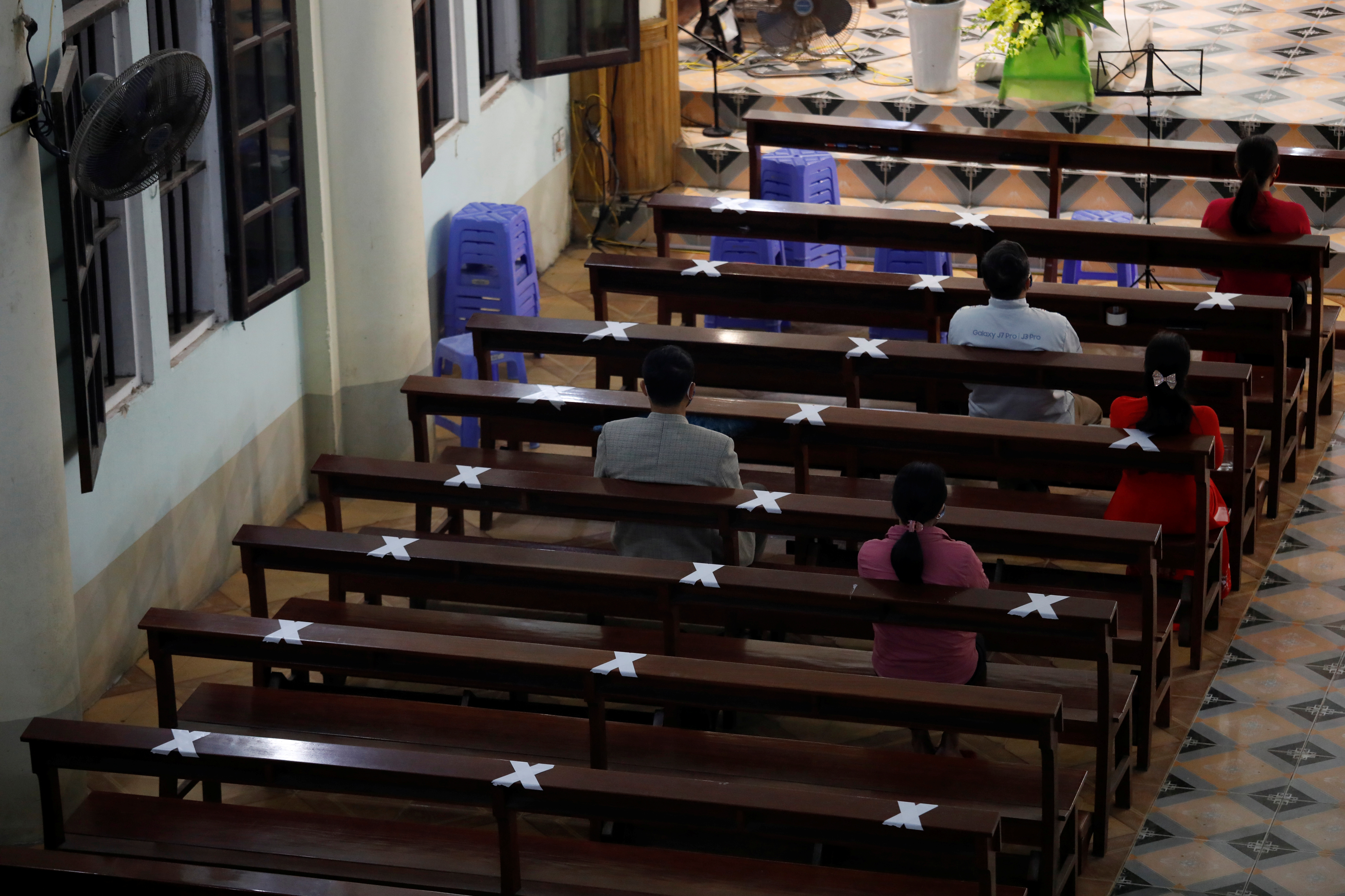 En las iglesias de Vietnam, se les pide a los feligreses que se sienten a una distancia prudencial los unos de los otros