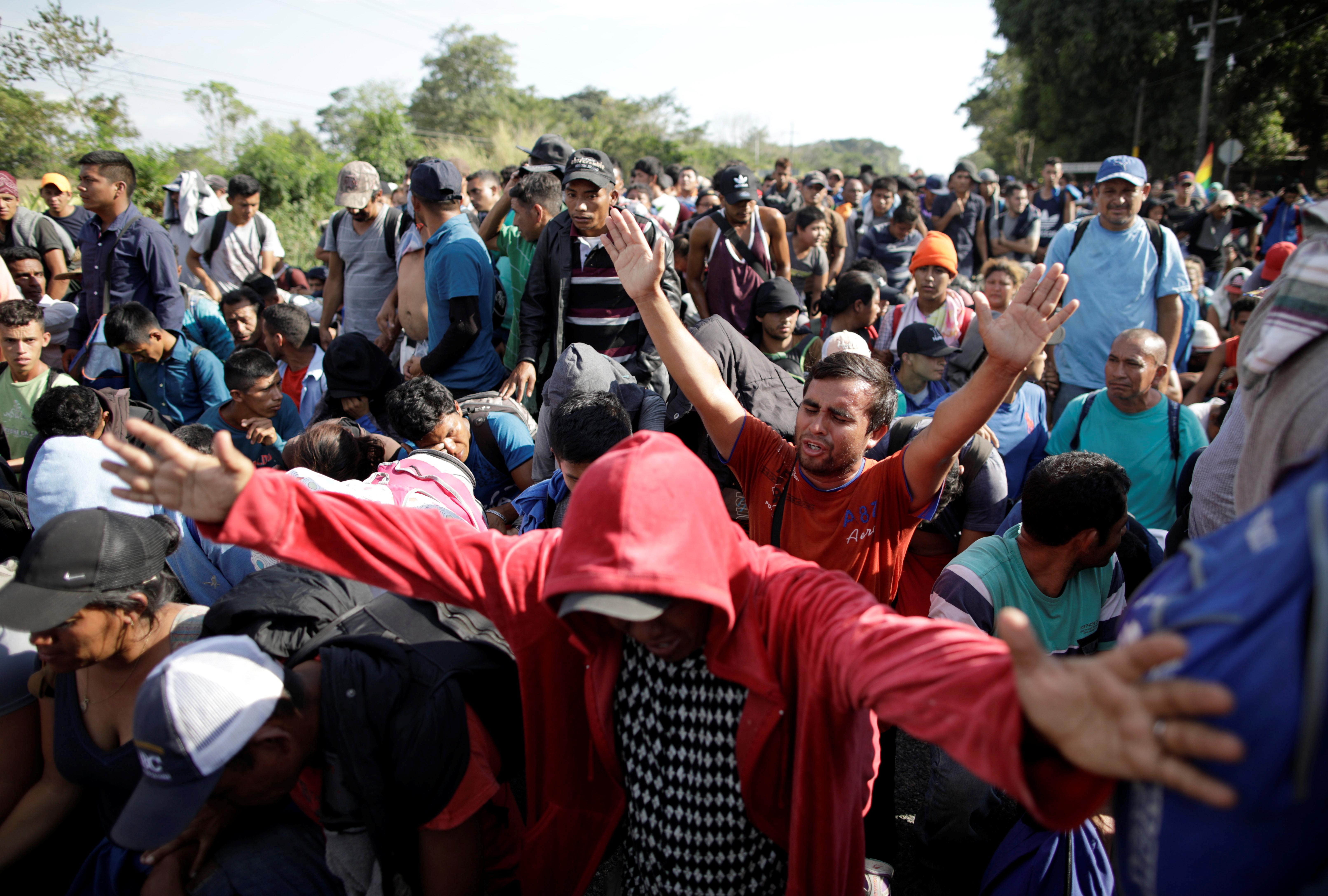 Migrantes se hincan ante la presencia de las fuerzas federales mexicanas, a manera de protesta pacífica (Foto: Andrés Martínez Casares/Reuters)