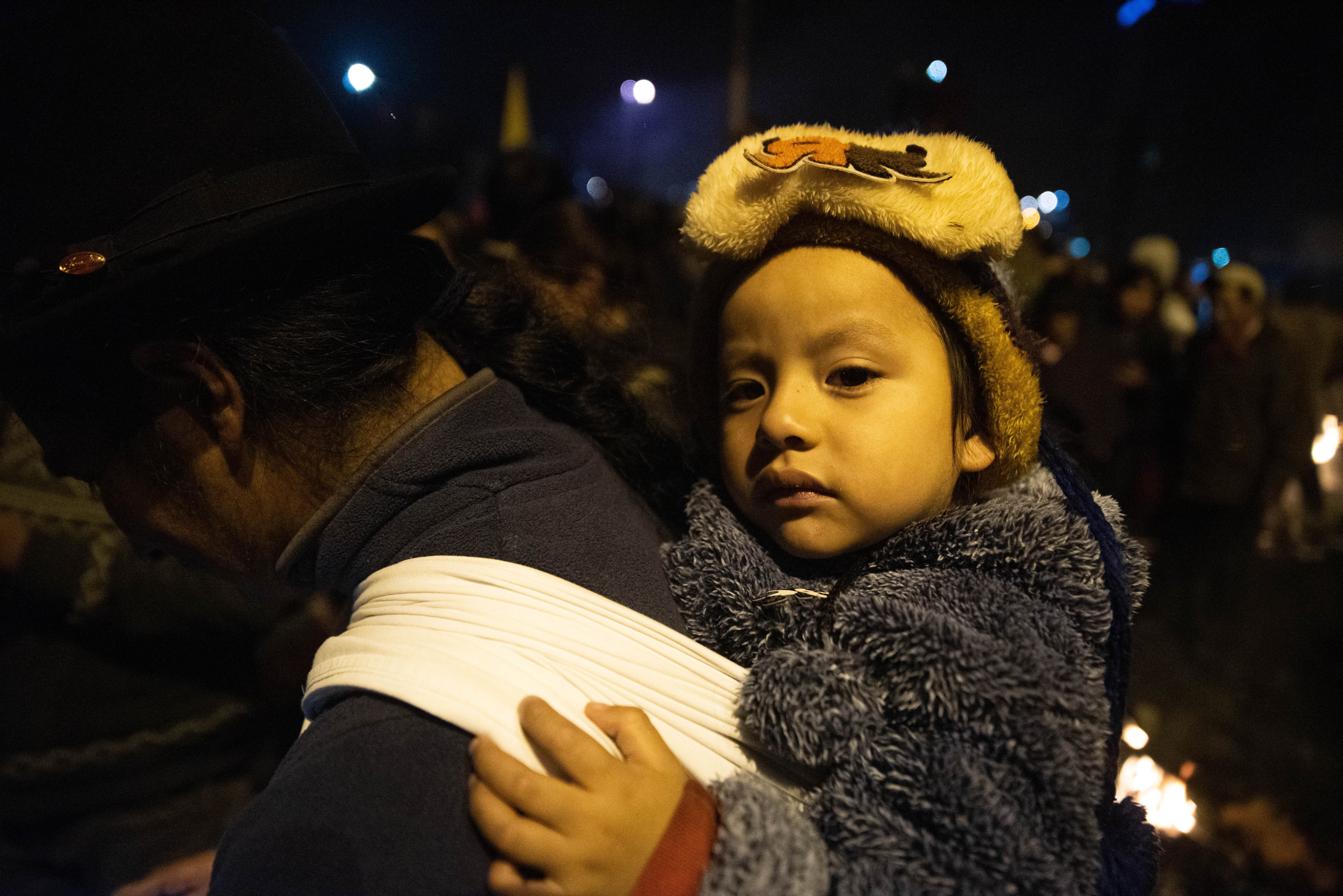 Un madre y sus bebé salieron a festejar como miles de otros quiteños que coparon las calles de la capital.