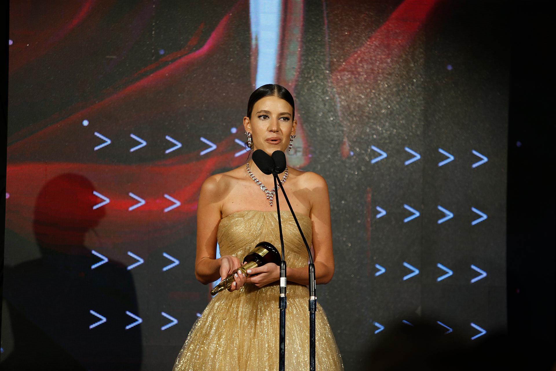 La influencer y ganadora de la estatuilla Angie Landaburu, lució un espectacular Oscar de la Renta y zapatos de Prada. Emocionada, agradeció a su casi medio millón de seguidores de Instagram por acompañarla en toda su labor