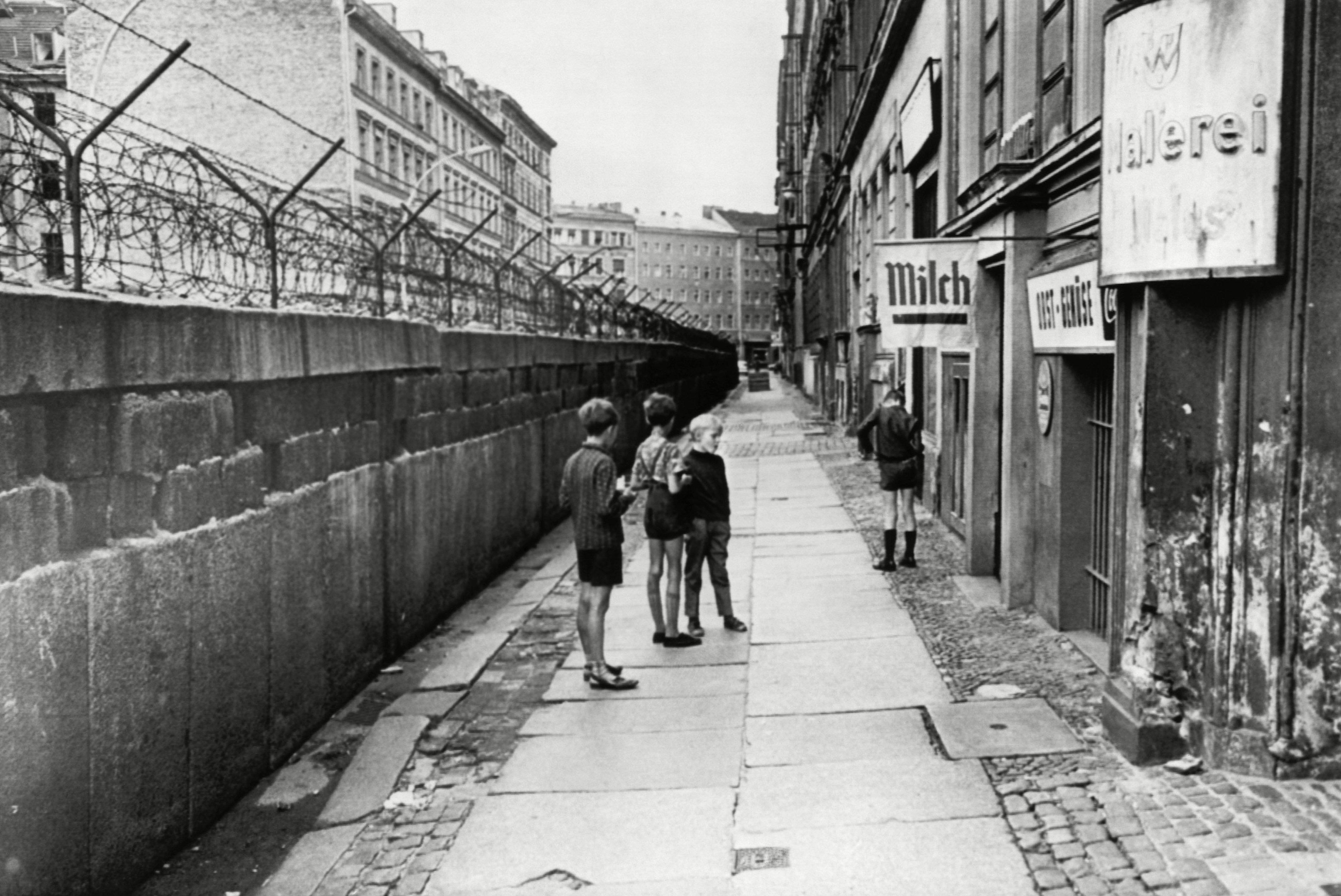 Niños juegan junto al Muro en 1966. (Historical Collection)
