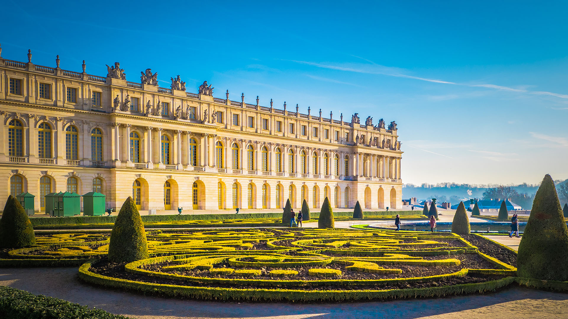 Símbolo por excelencia del absolutismo francés, tiene su origen en el reinado de Luis XIII, que solía cazar en la pantanosa zona de Versalles, y encargó la construcción de un palacete