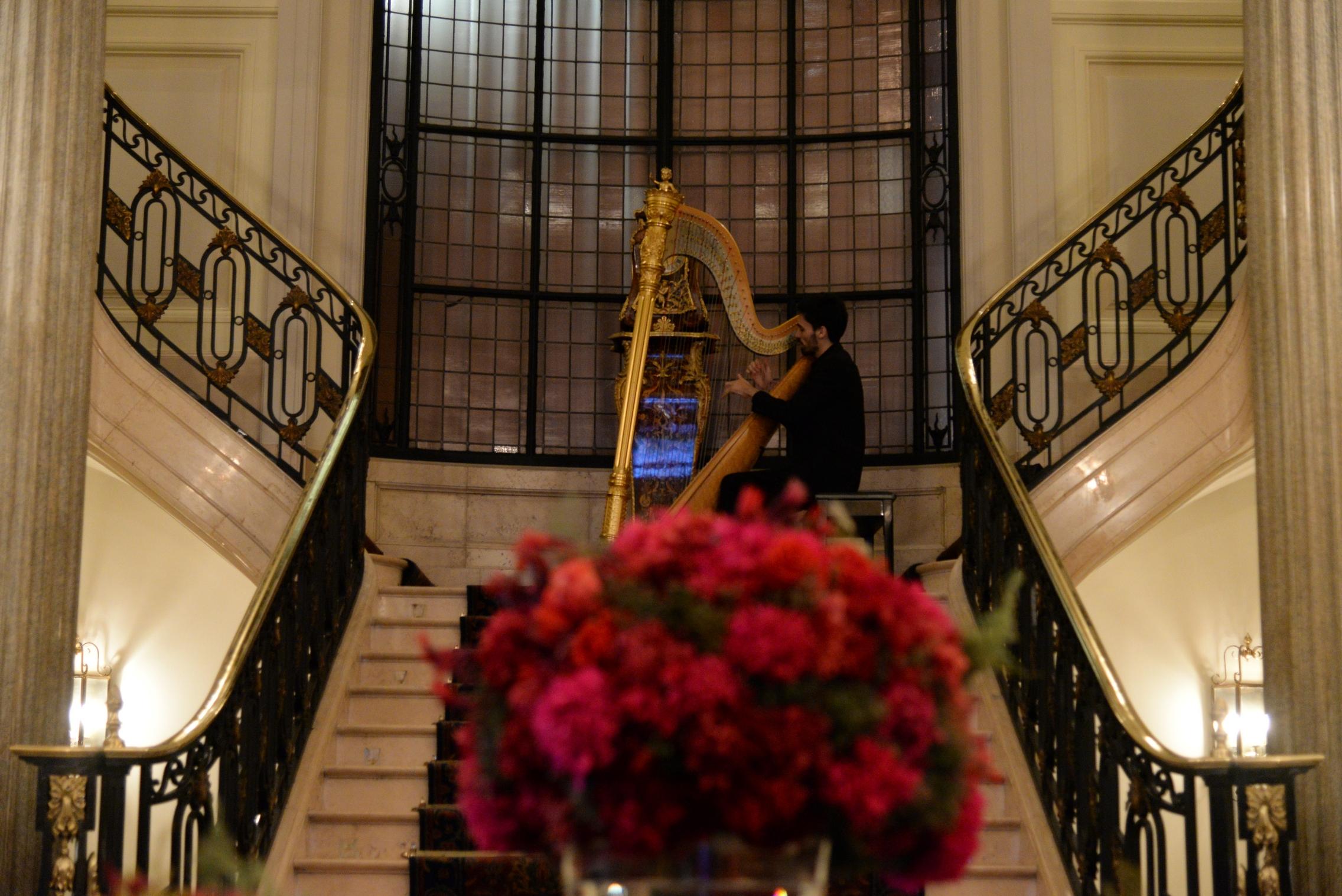 Durante el cóctel, los invitados disfrutaron de la extraordinaria música del arpa