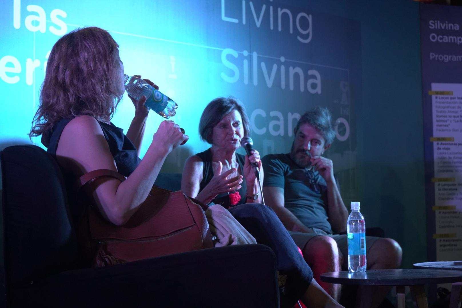 Una de las autoras dando una charla abierta al público.
