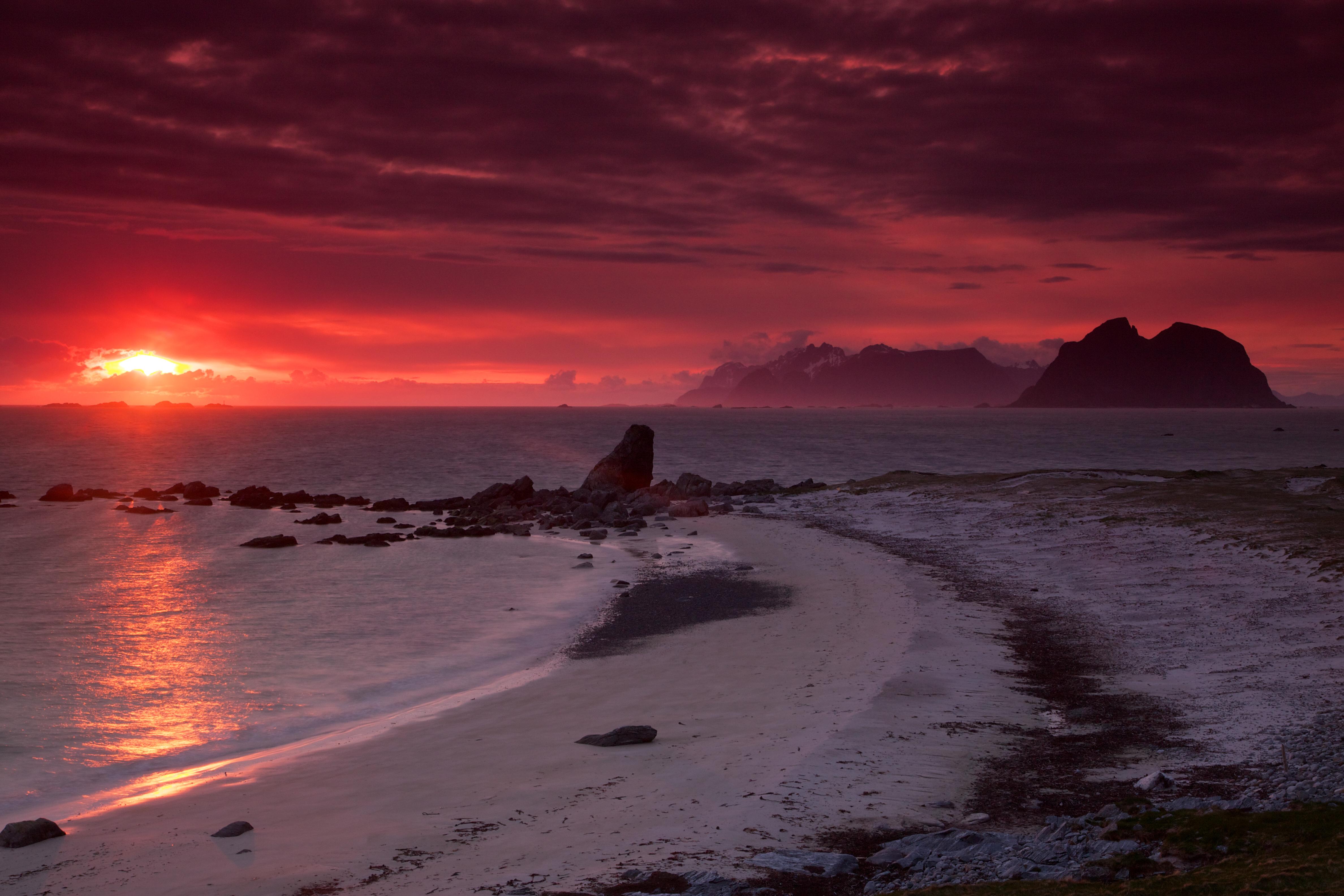 En el municipio de la provincia de Nordland, los visitantes pueden experimentar el paisaje, el terreno y las refrescantes aguas color esmeralda de Noruega, a lo largo de las costas y cerca de una ciudad pintoresca y hogareña conocida por la deliciosa cocina noruega y el café caliente