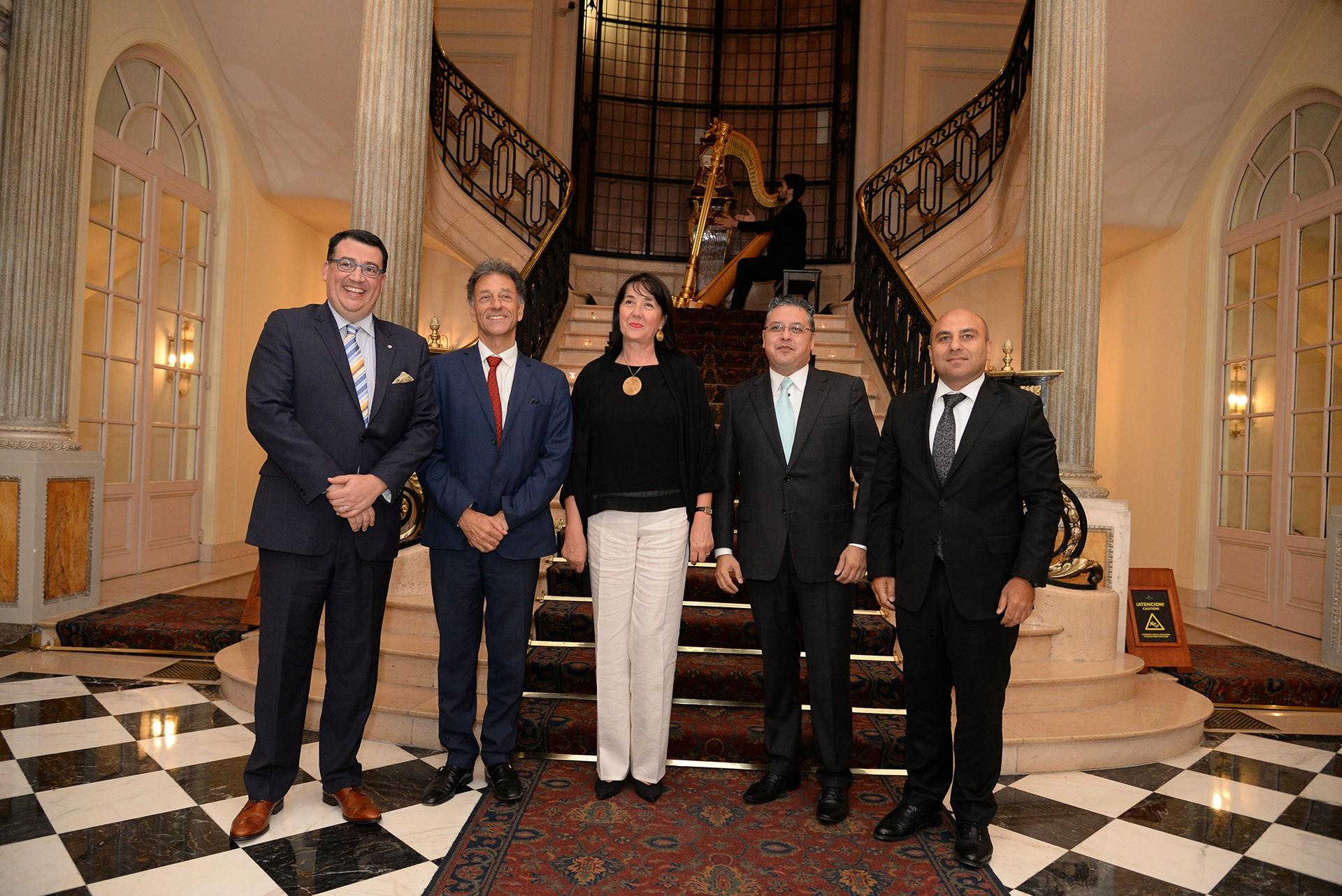 Tulio Hochkoeppler junto a Christoph Meran, embajador de Austria; Jela Bacovic, embajadora de Serbia; Ariel Blufstein, y Rashad Aslanov, embajador de Azerbaiyán