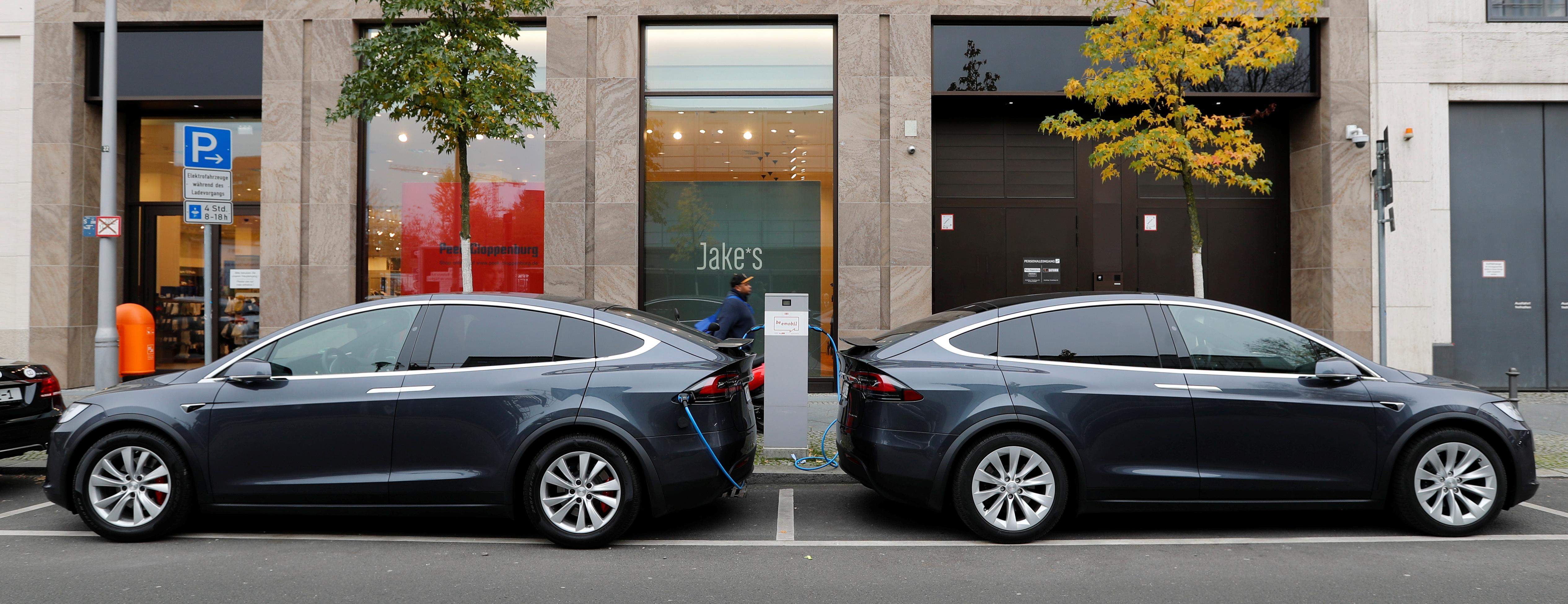 Dos SUV Tesla Model X recargando baterías en las calles de Berlín. (Reuters)