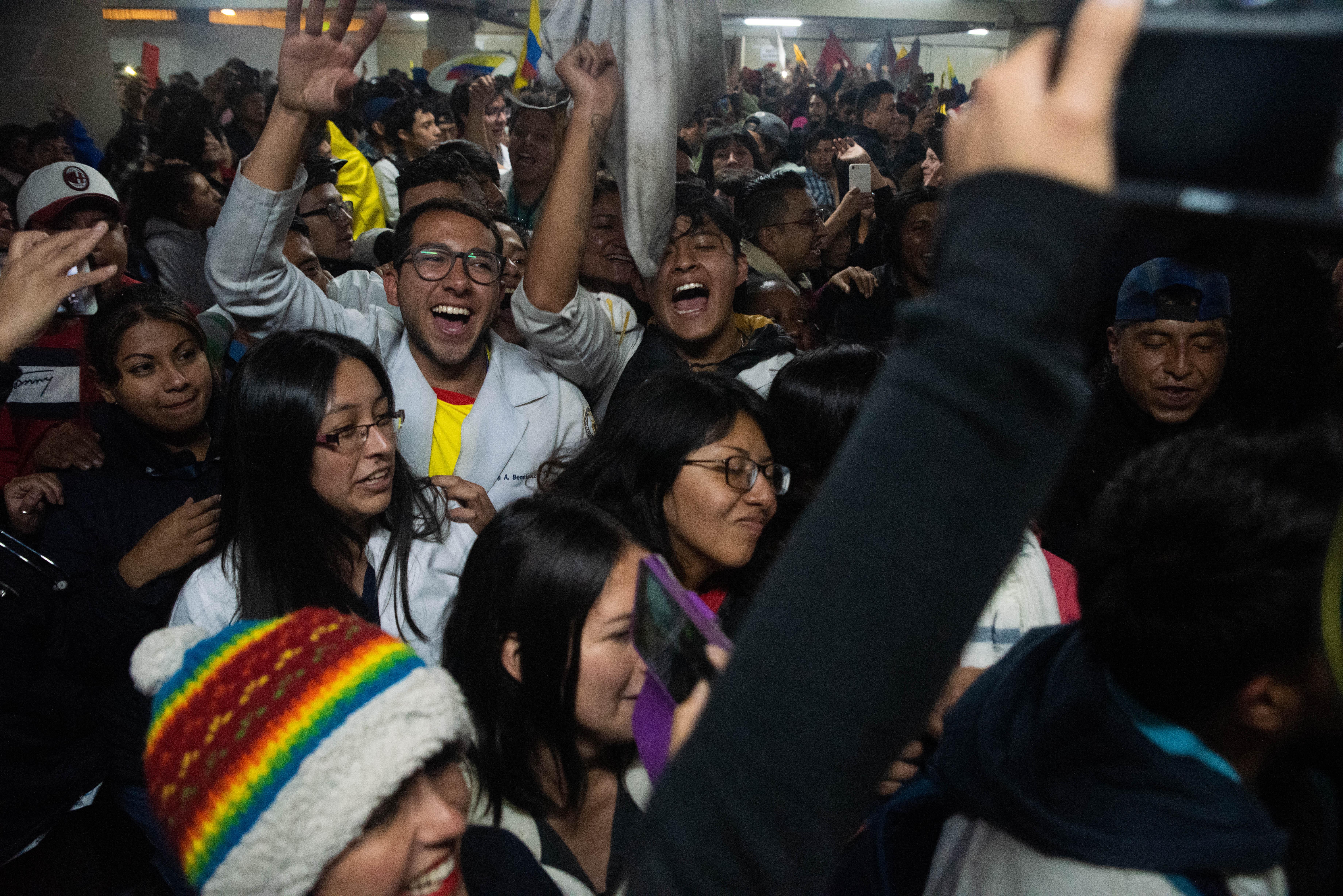 Miles de personas salieron a las calles a celebrar después de que el Presidente ecuatoriano Lenin Moreno anunciara que derogaría el decreto 883 que eliminaba los subsidios para los combustibles