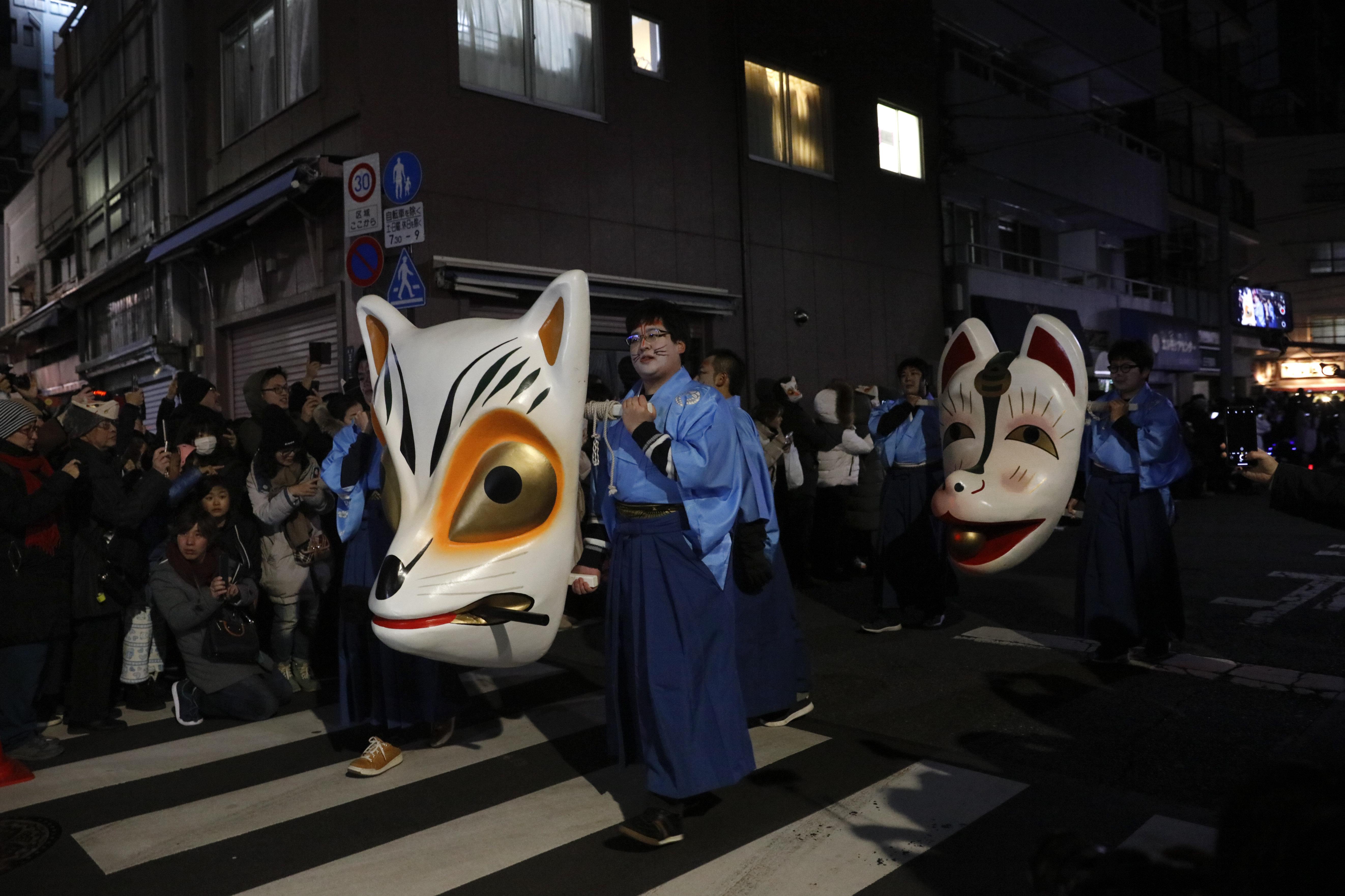 Un desfile para la celebración del año nuevo en las calles de Tokio