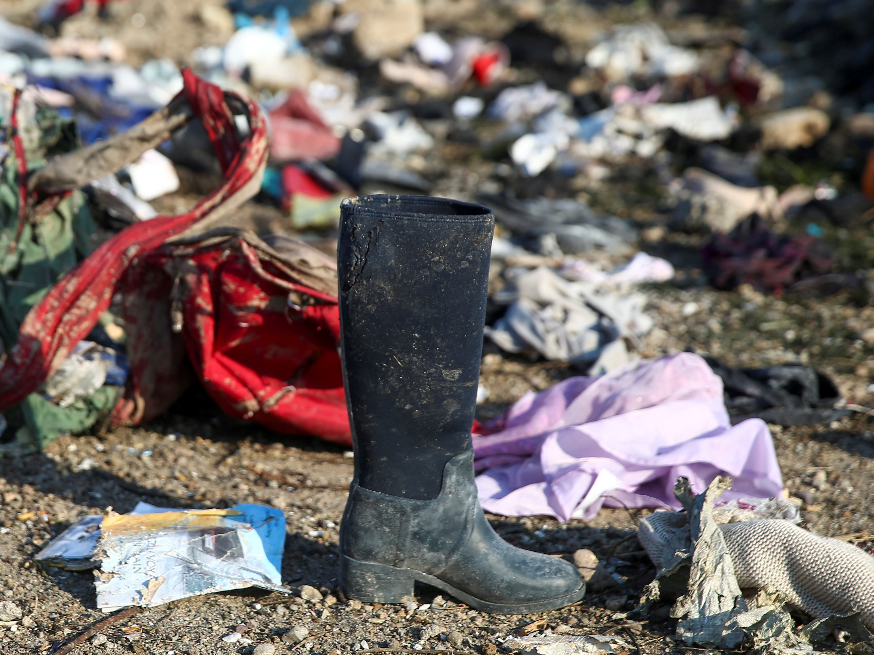 Pertenencias de los pasajeros que murieron en el accidente (REUTERS)