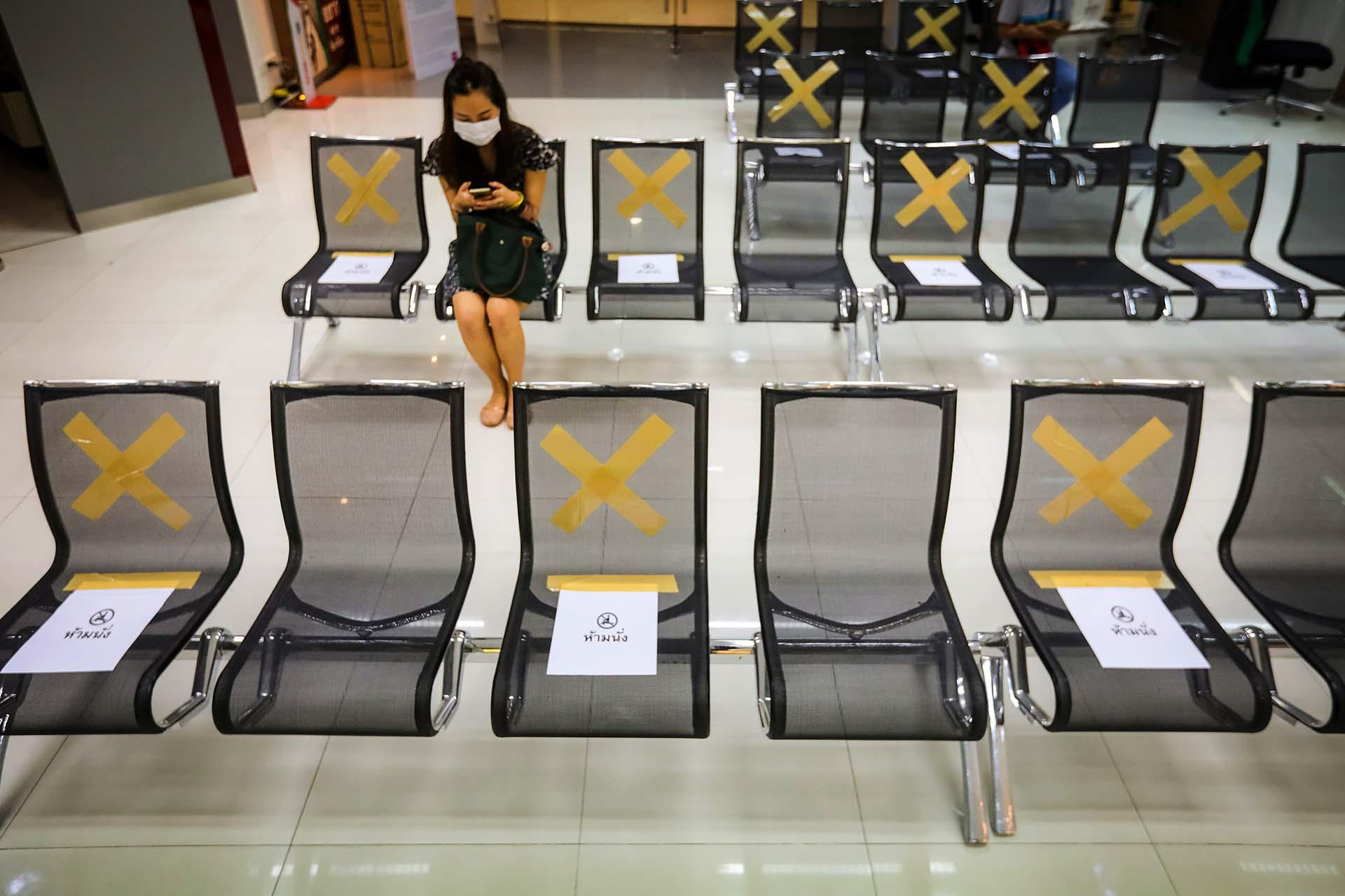 Una sucursal bancaria de Bangkok muestra en qué sillas sentarse y en cuáles no.