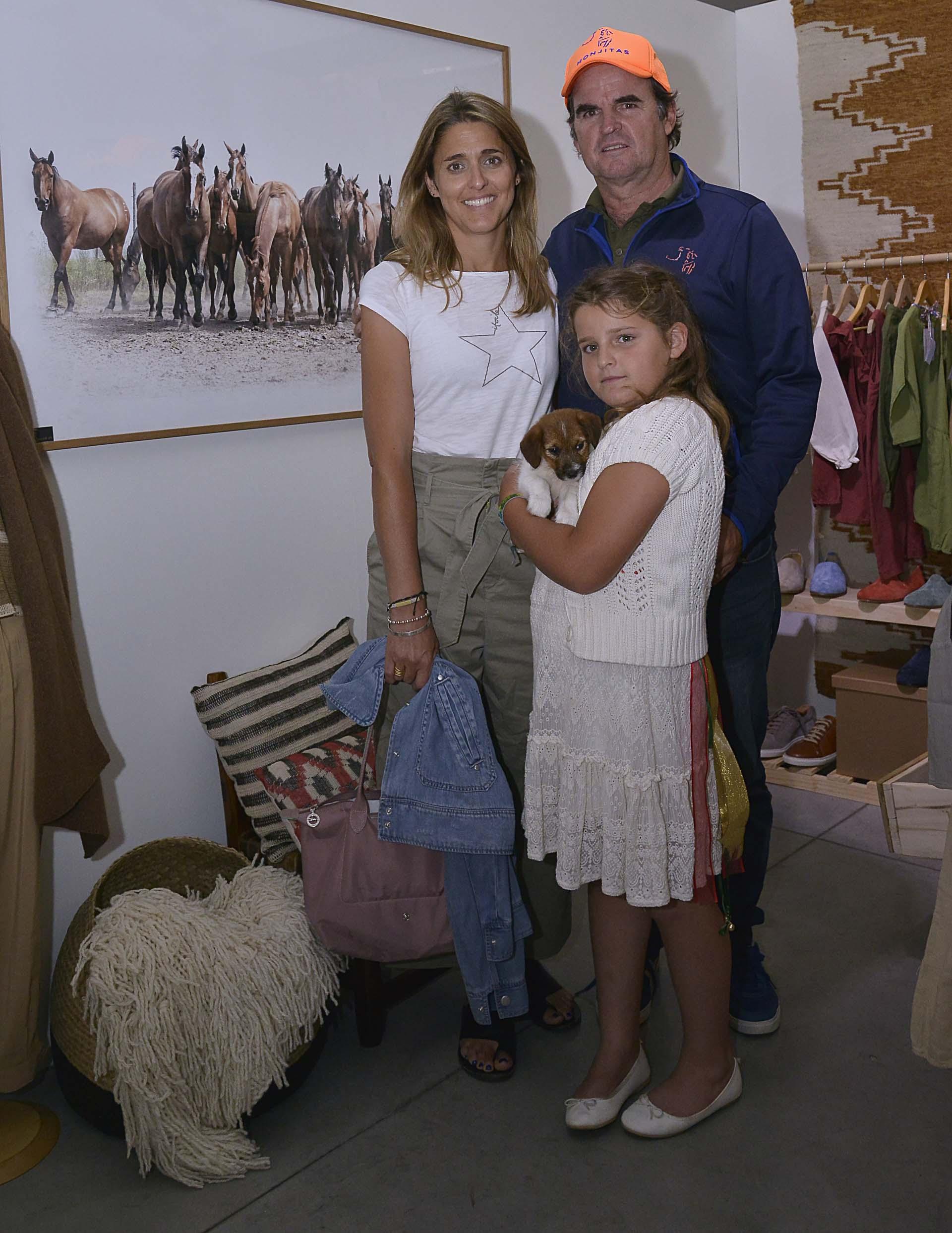 Eduardo Heguy junto a su mujer Paz Manau y su hija