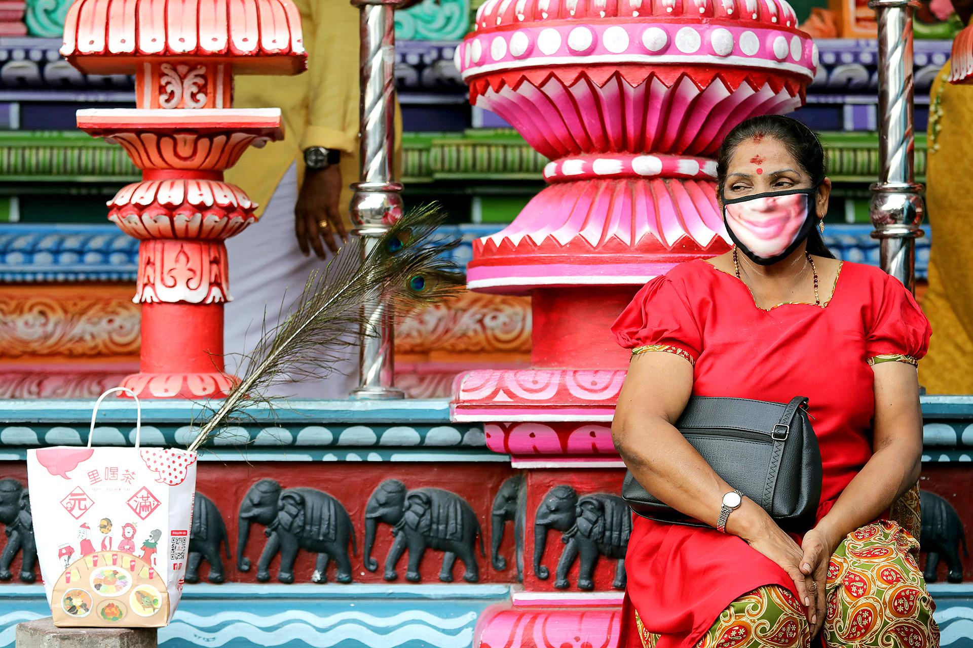 Una mujer devota hindú usa una máscara mientras descansa en un santuario en las Cuevas de Batu durante Thaipusam, en Kuala Lumpur, Malasia (REUTERS / Lim Huey Teng)