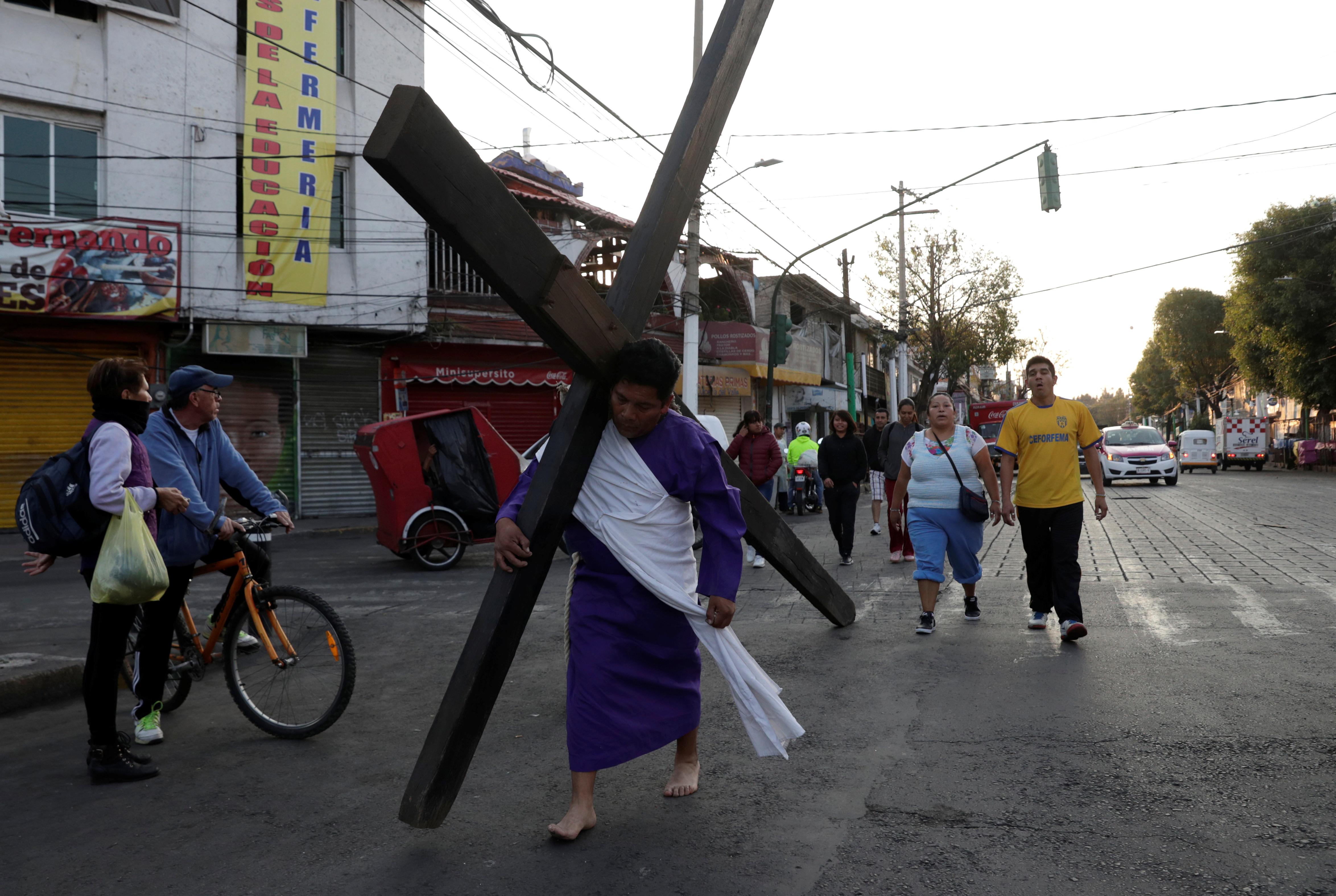 Algunos penitentes realizaron el recorrido con sus cruces el hombro por las calles de Iztapalapa a pesar de las recomendaciones del gobierno de no hacerlo (Foto: Henry Romero/Reuters)