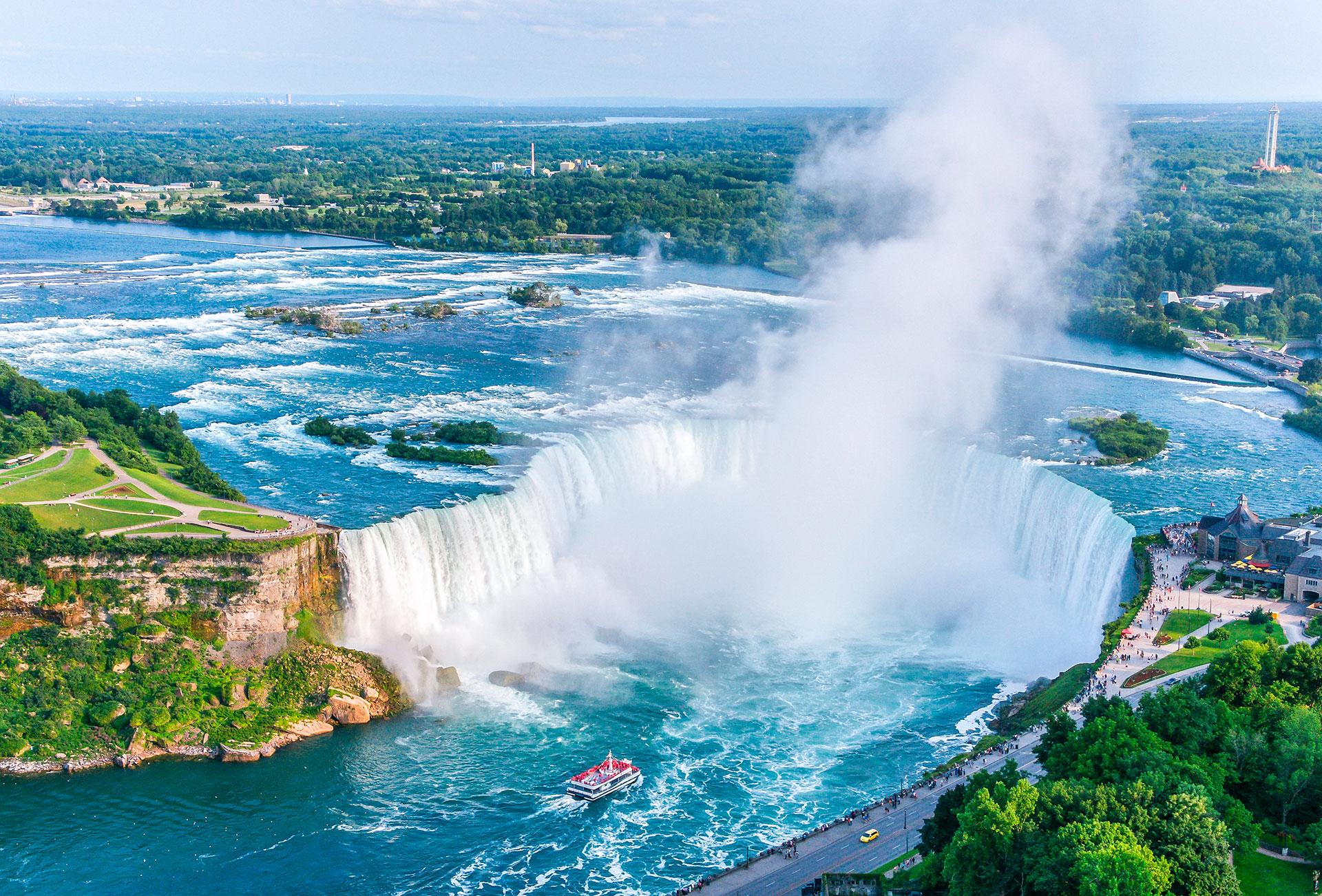 Con aproximadamente 30 millones de visitantes al año, las Cataratas del Niágara son una de las cascadas más populares del mundo