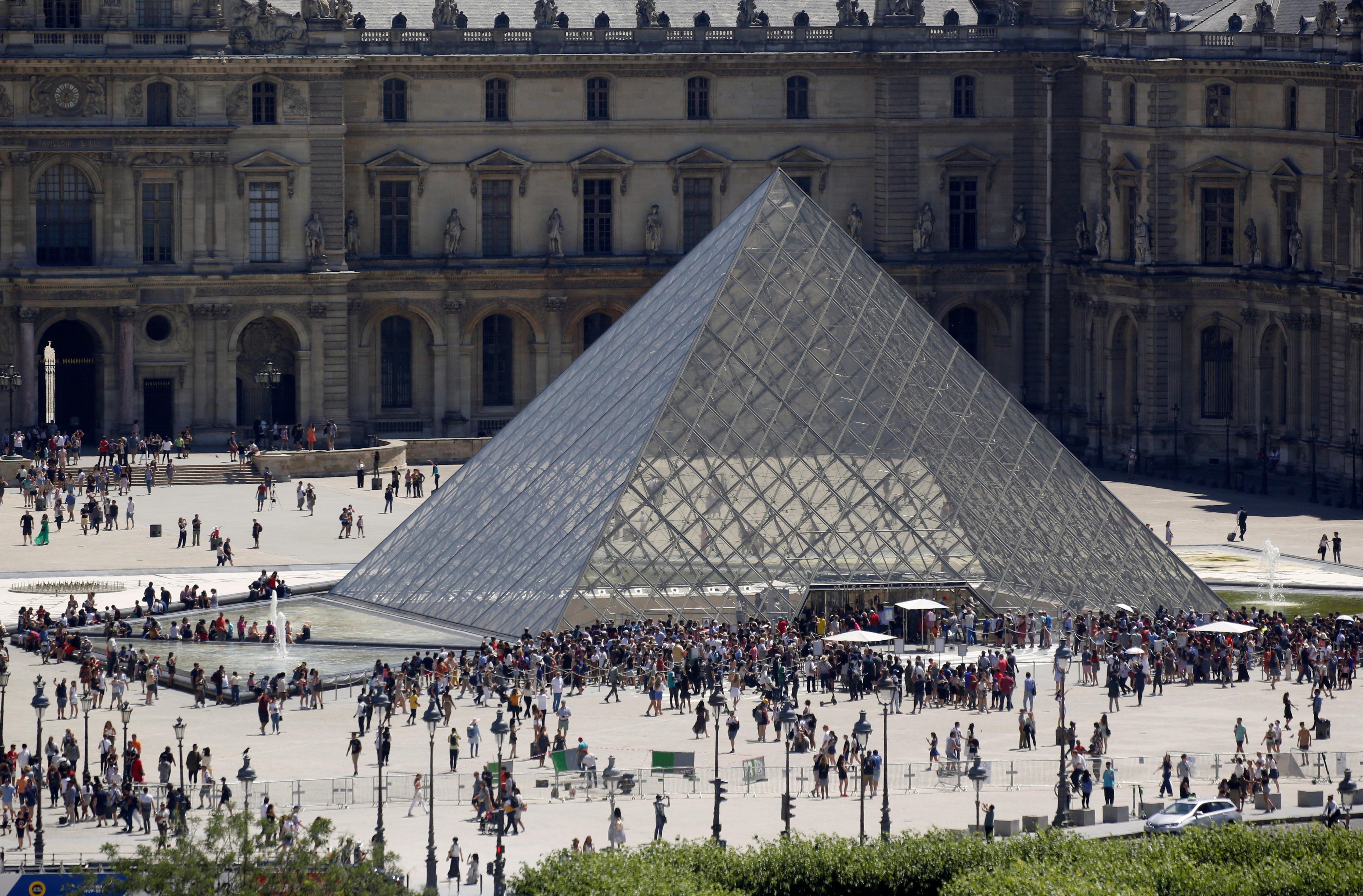 Una postal habitual de la pirámide en la entrada del museo (Reuters)