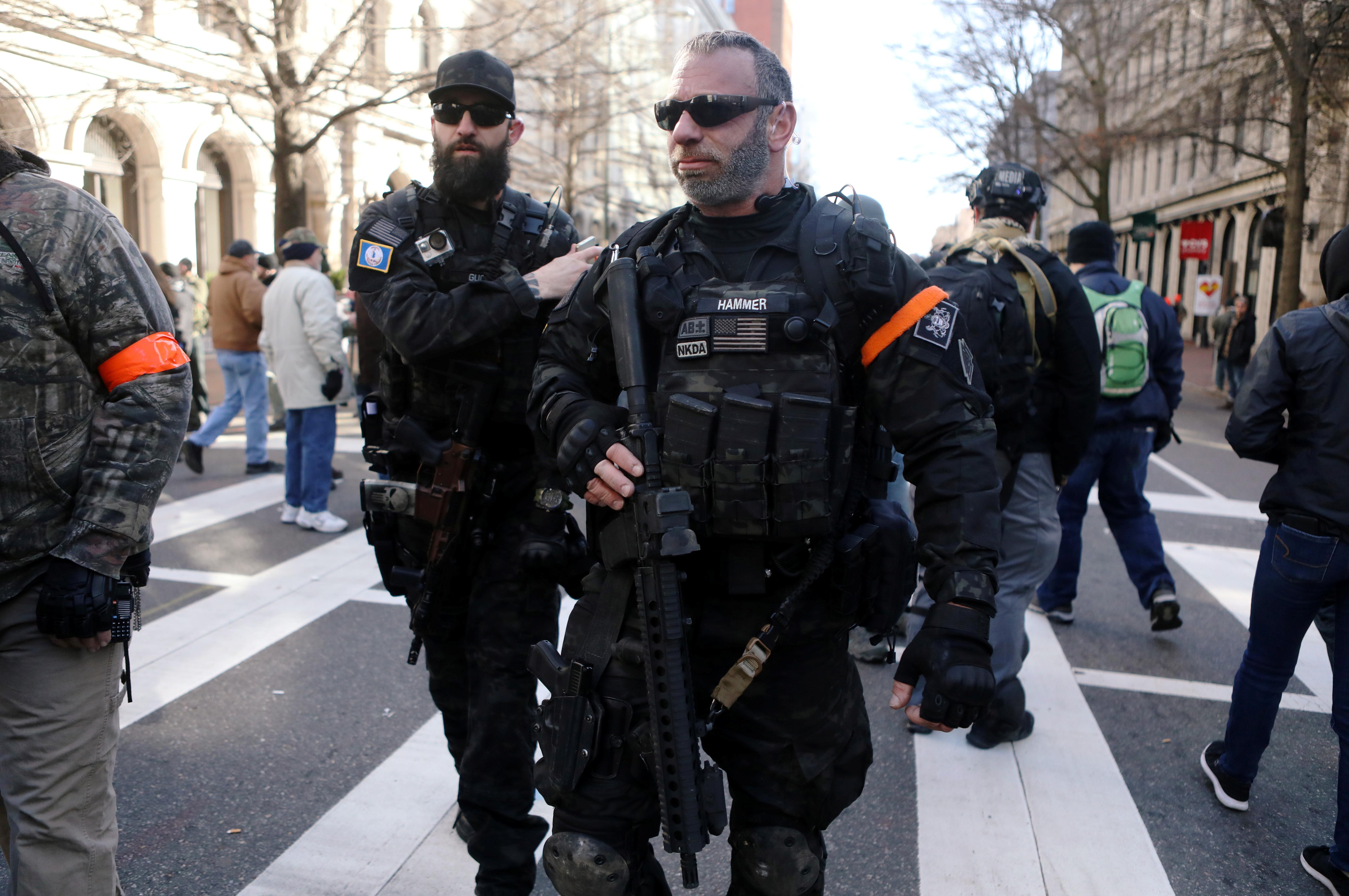 Uniformes tácticos negros y el ubicuo AR-15, en estos dos milicianos congregados en Richmond (REUTERS/Jim Urquhart)