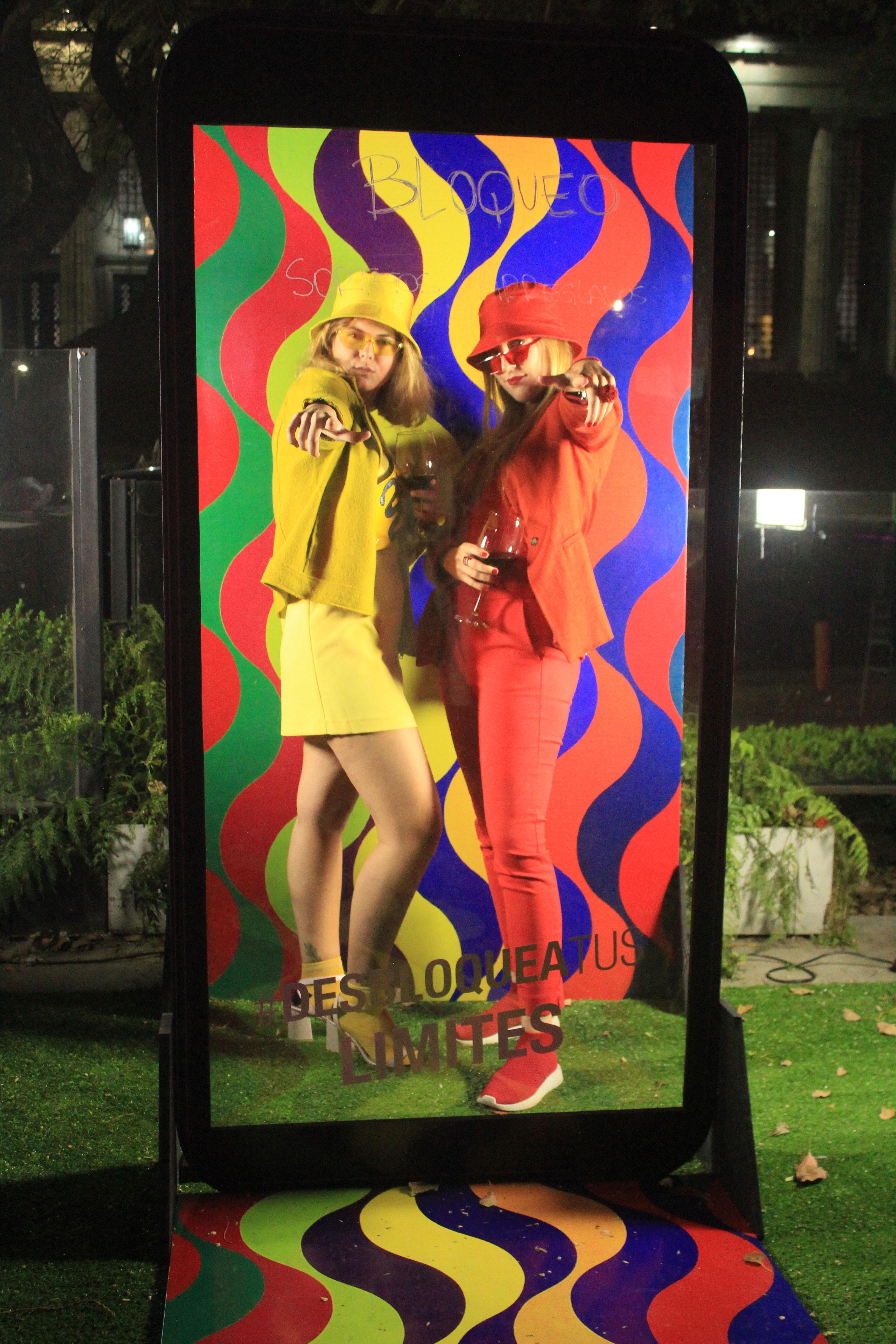 Esta quinta edición convocó a 500 invitados, quienes cumplieron con la divertida consigna de respetar en sus vestimentas la paleta del gran artista argentino, Julio Le Parc. En la foto, Connie Chiaraviglio y Elina Lechere
