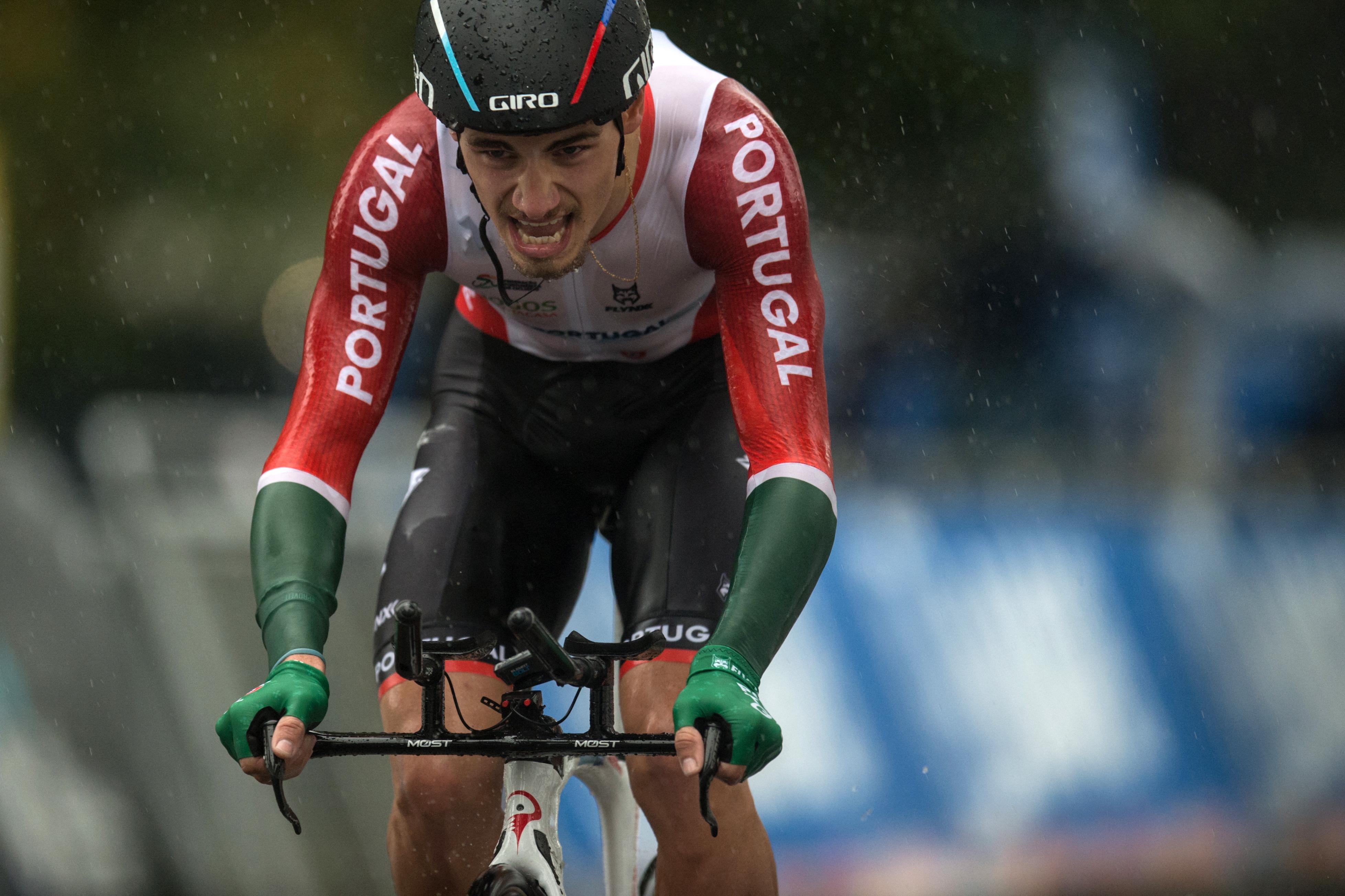 Fue el caso por ejemplo de los belgas Philippe Gilbert, campeón del mundo en 2012, y Remco Evenepoel, otro de los jóvenes llamados a dominar el pelotón en los próximos años. Ambos se retiraron cuando aún quedaban más de 100 km para la meta
