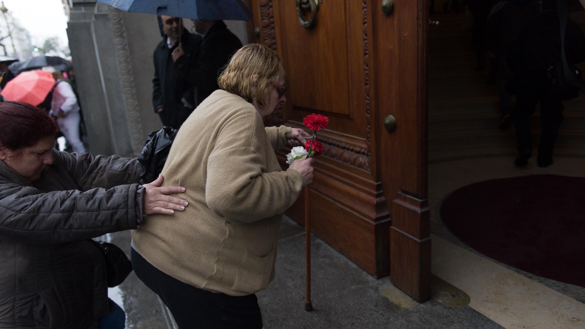 A pesar de la lluvia, la gente se acercó a la Legislatura a despedir a su ídolo