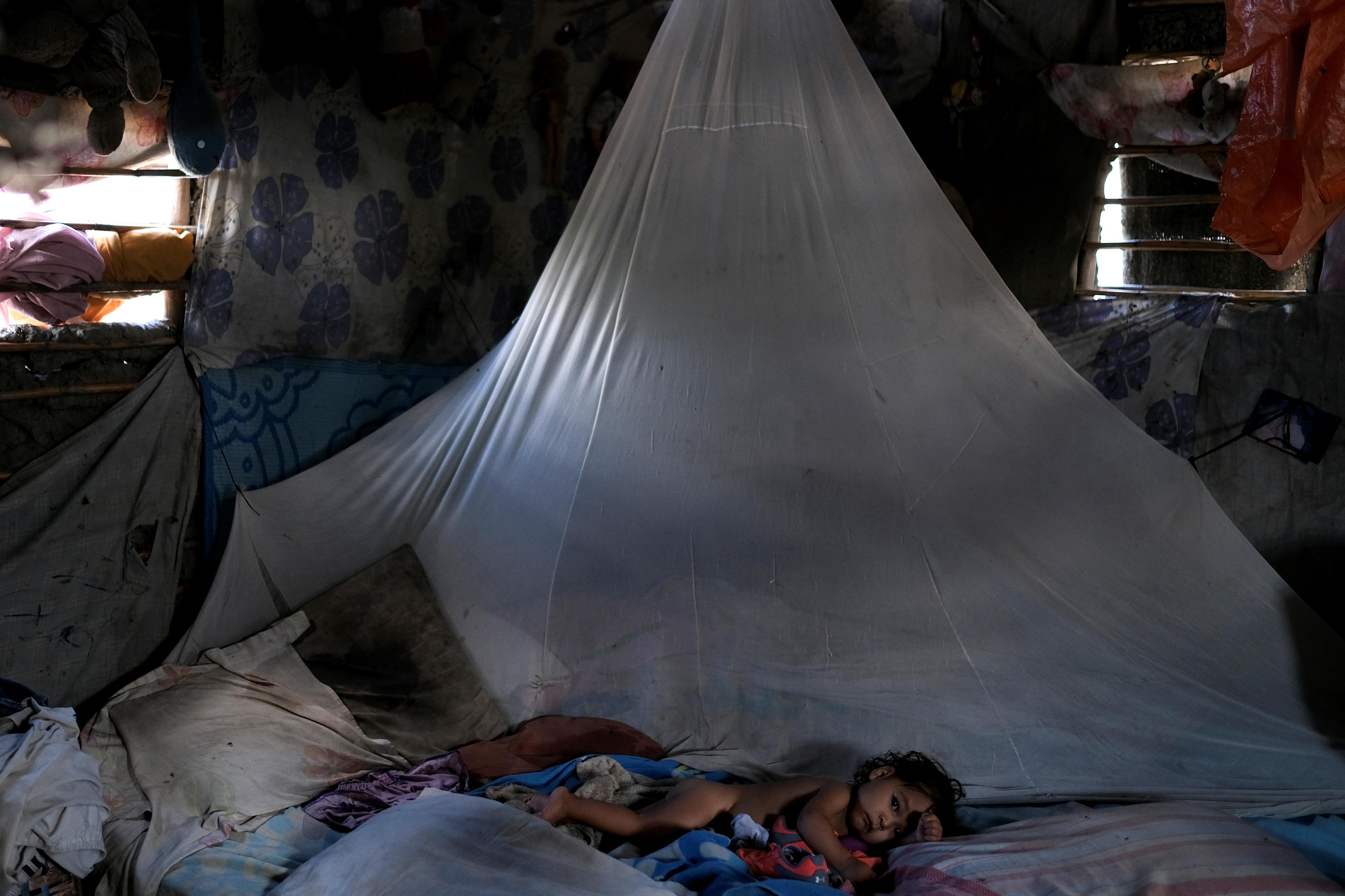 Sonia Suárez, que tiene 10 meses y se está recuperando después de ser hospitalizada por desnutrición, descansa en una cama en su casa en Barquisimeto (REUTERS/Carlos García Rawlins)