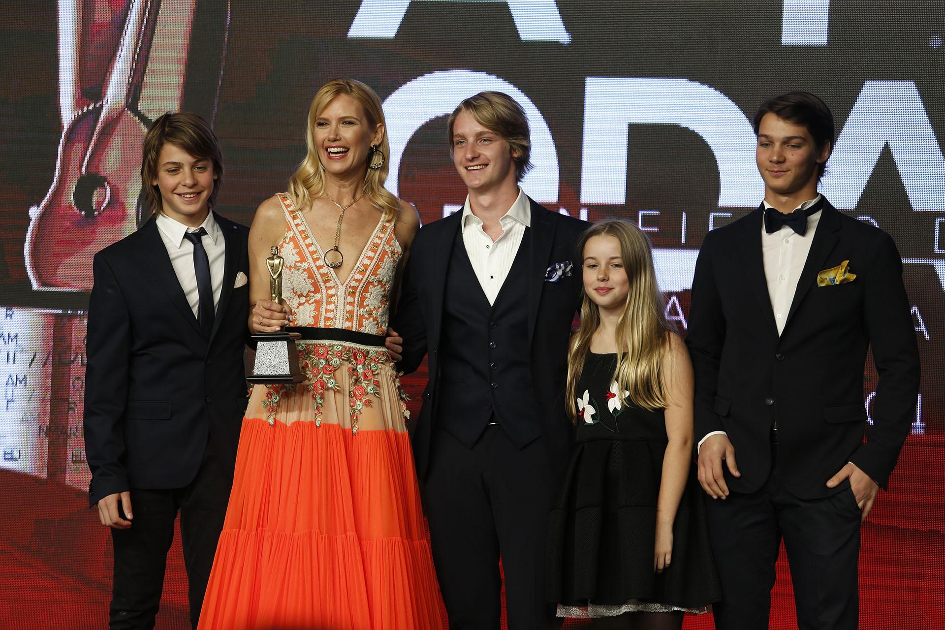 Valeria Mazza además de conducir la Gala de ceremonia recibió de parte de su familia -aquí sus cuatro hijos- un premio de APTRA a su trayectoria en el mundo e la moda