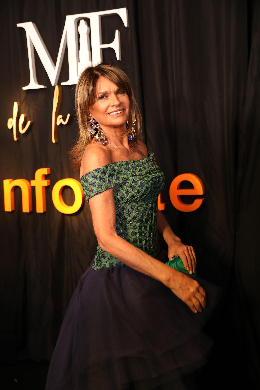 Teresa Calandra con un vestido corte princesa y hombros descubiertos by Gino Bogani y sus increíbles aros de Chanel