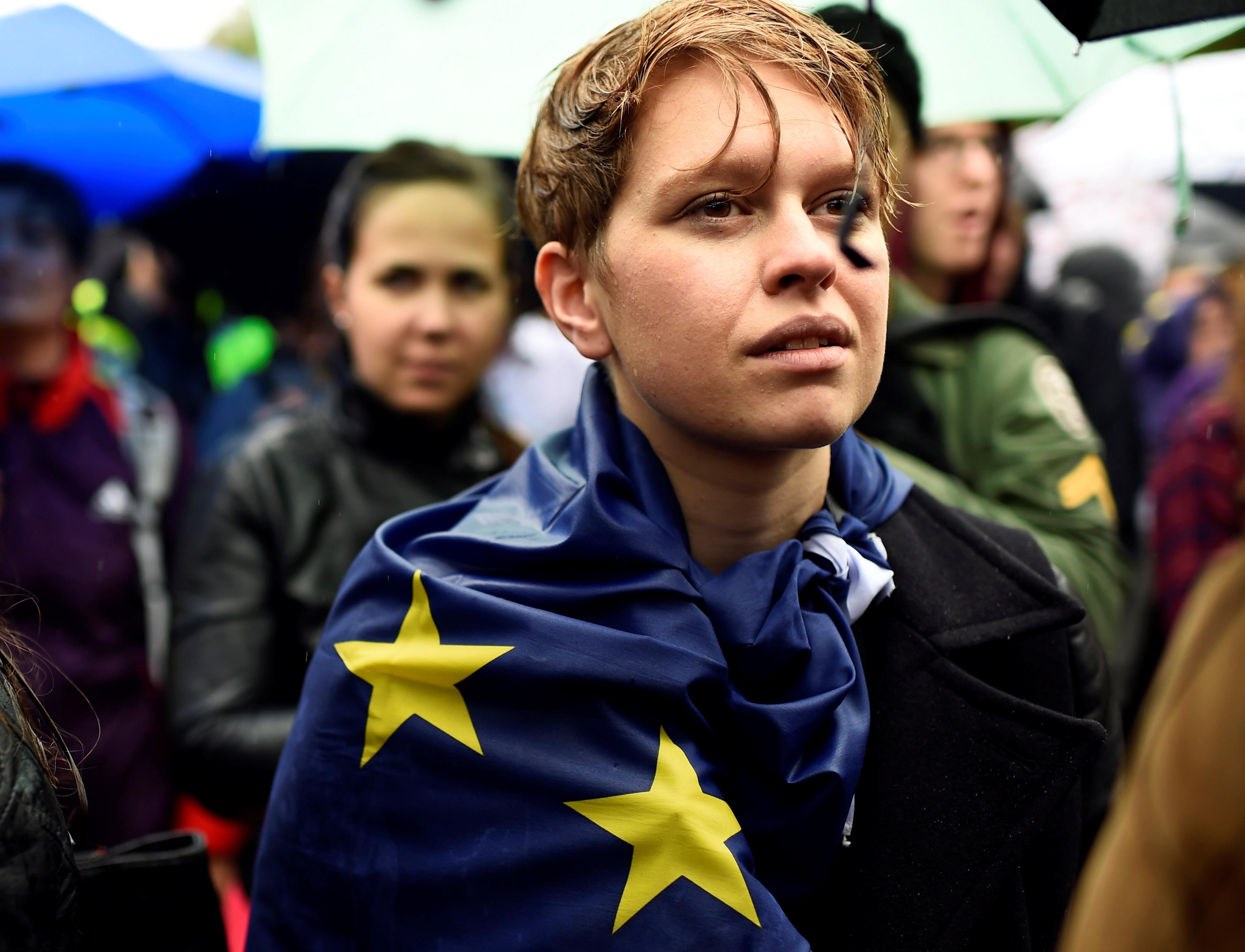 Manifestantes participan en una protesta para mostrar la solidaridad de Londres con la Unión Europea tras el referéndum de la UE, en la Plaza de Trafalgar, en el centro de Londres, el 28 de junio de 2016 (REUTERS/Dylan Martinez)