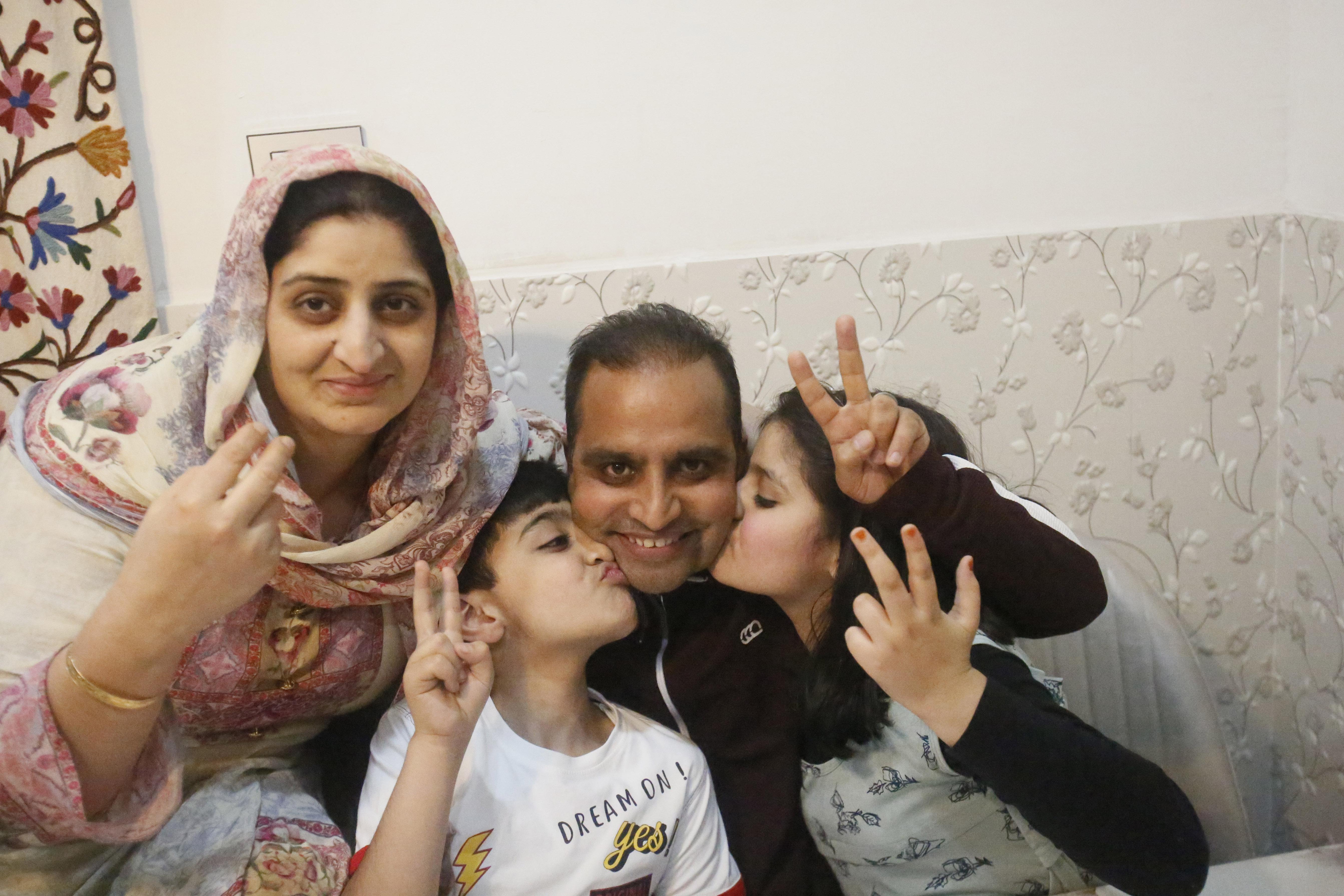 El fotógrafo de Associated Press, Mukhtar Khan, celebra con su familia en su casa en Srinagar, Cachemira controlada por la India, el martes 5 de mayo de 2020, luego del anuncio de que fue uno de los tres fotógrafos de AP que ganaron el Premio Pulitzer en Fotografía de Característica por su cobertura del conflicto en Cachemira y en Jammu, India. (Foto AP / Afnan Arif)