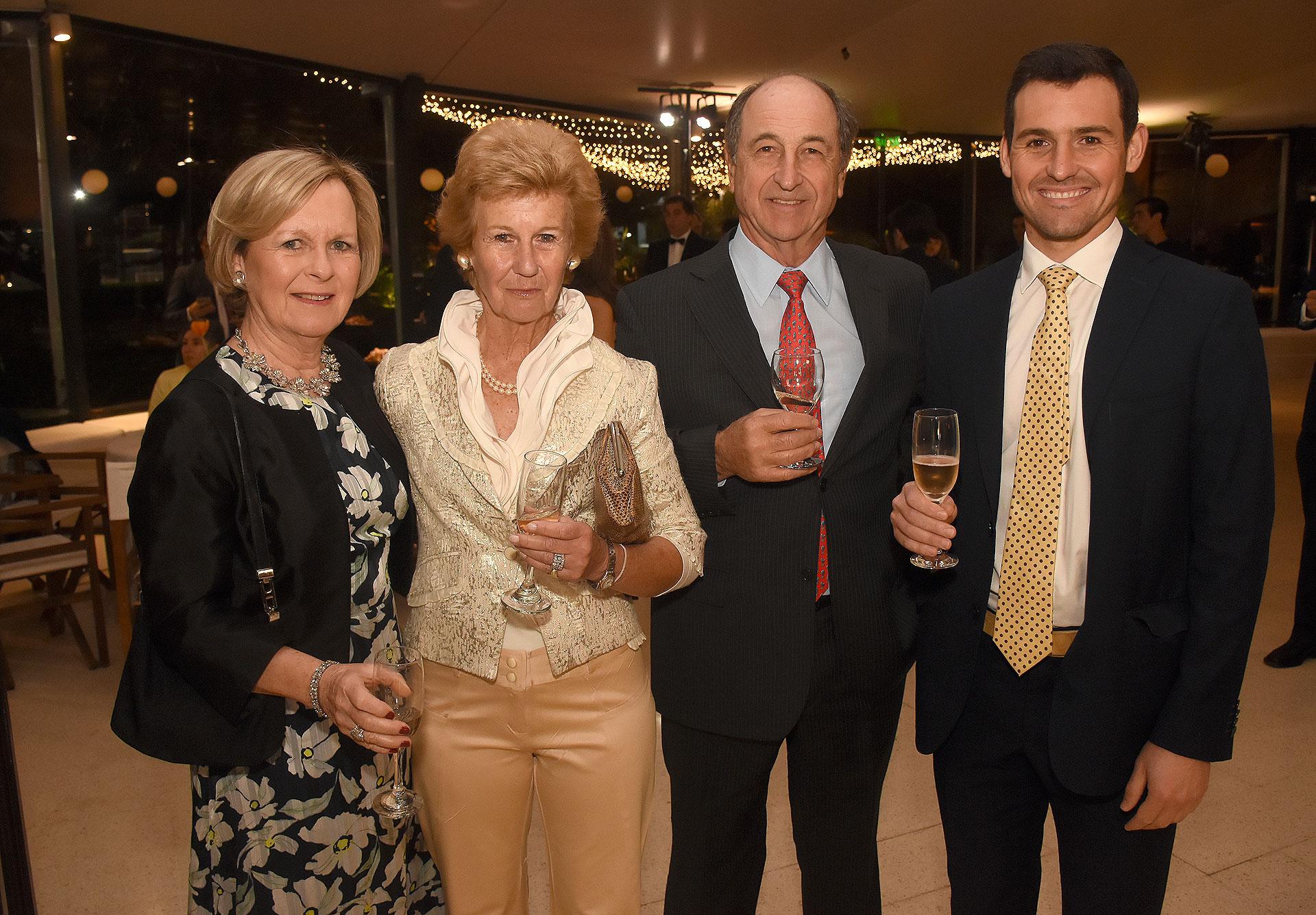 Pancha Lavista, integrante de la Comisión Directiva de Cruzada Patagónica, junto a Giorgio e Inés Matarazzo y su hijo Francisco, quien lidera el comité joven de La Noche de la Patagonia