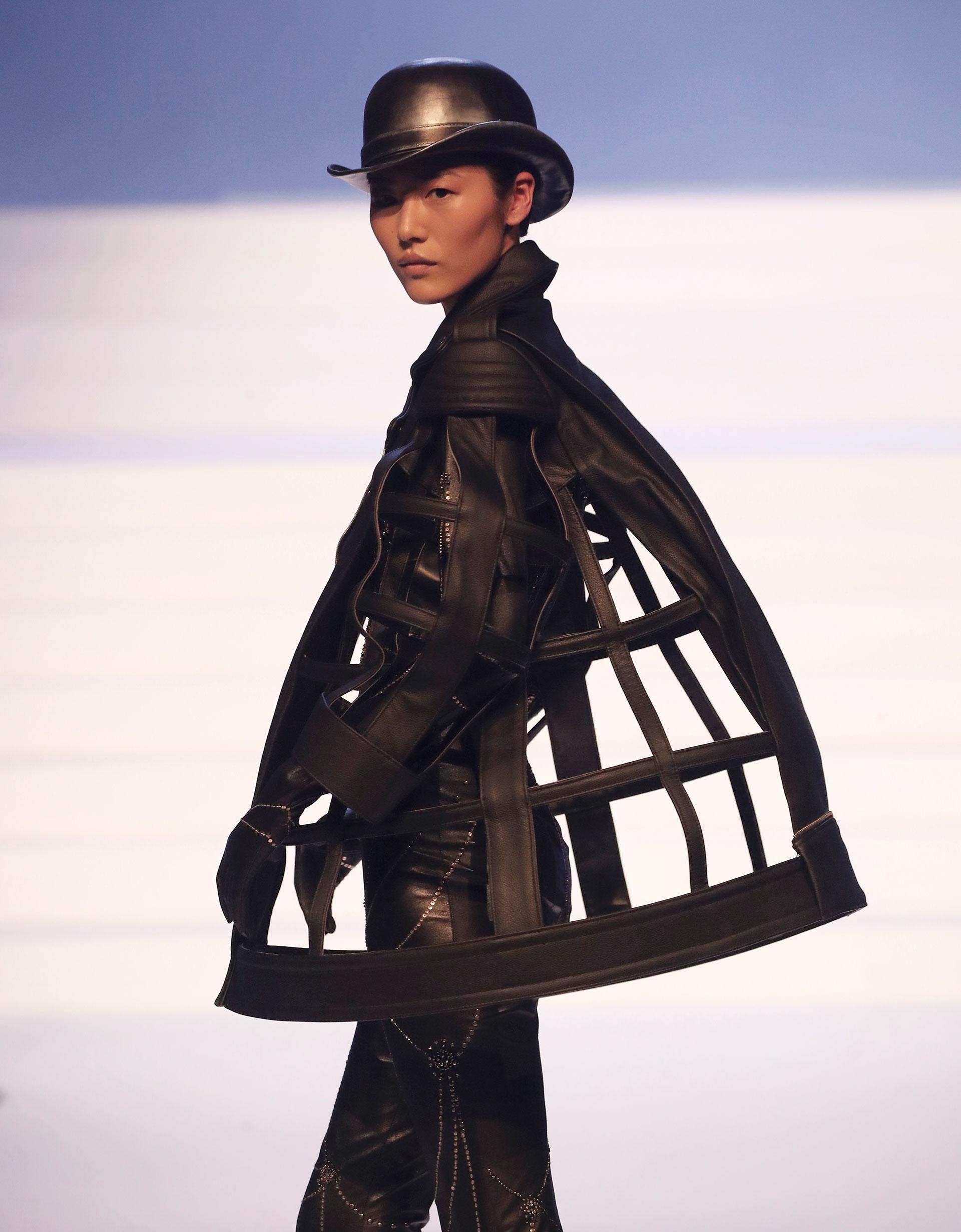 Total black y cuero. Otro de los diseños en pasarela en el último desfile de Gaultier