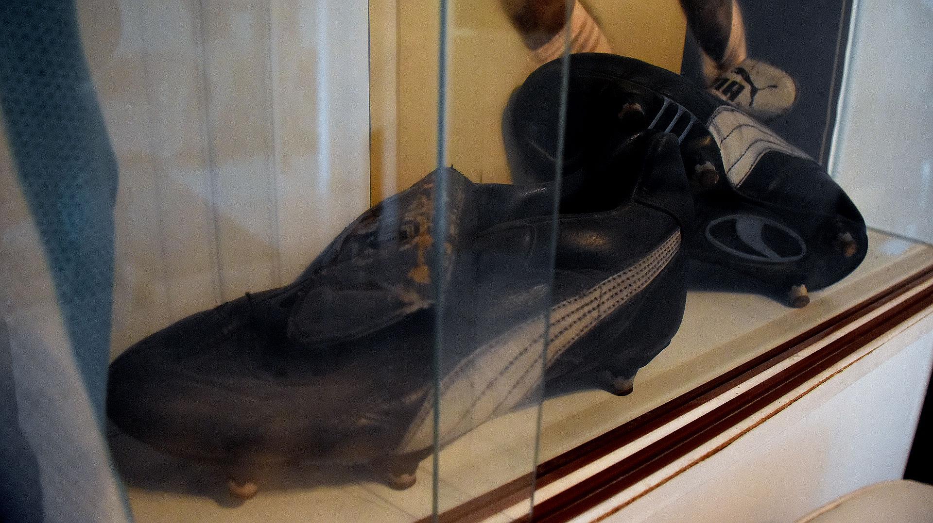 El estado de las botas que se puso Maradona en Italia 90. El izquierdo debió abrirse bastante por la inflamación de su tobillo (Nicolas Stulberg)
