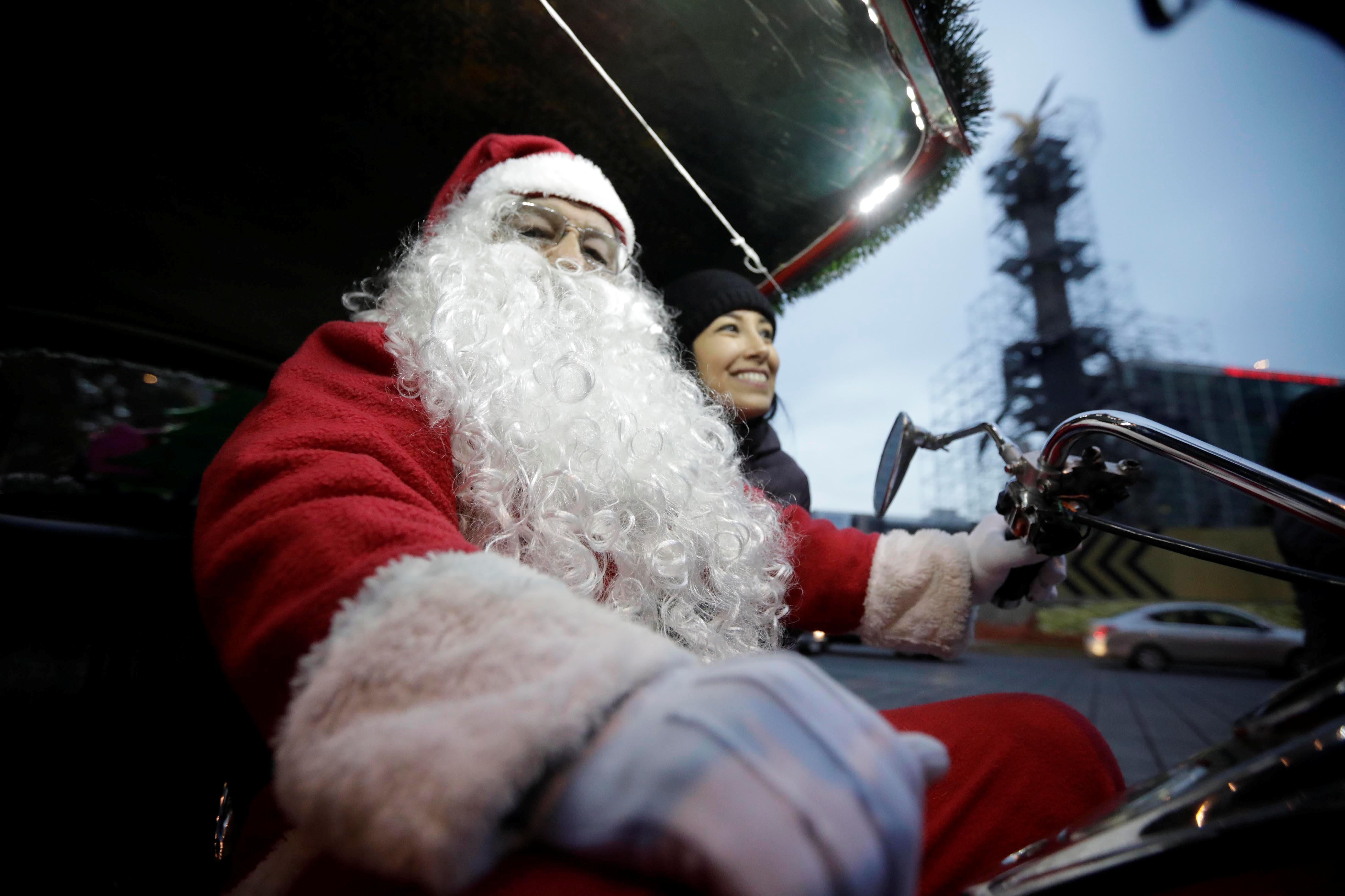 Un participante vestido como Santa Claus participa en el paseo anual en motocicleta en la Ciudad de México, México, 21 de diciembre de 2019 (Reuters/ Luis Cortes)