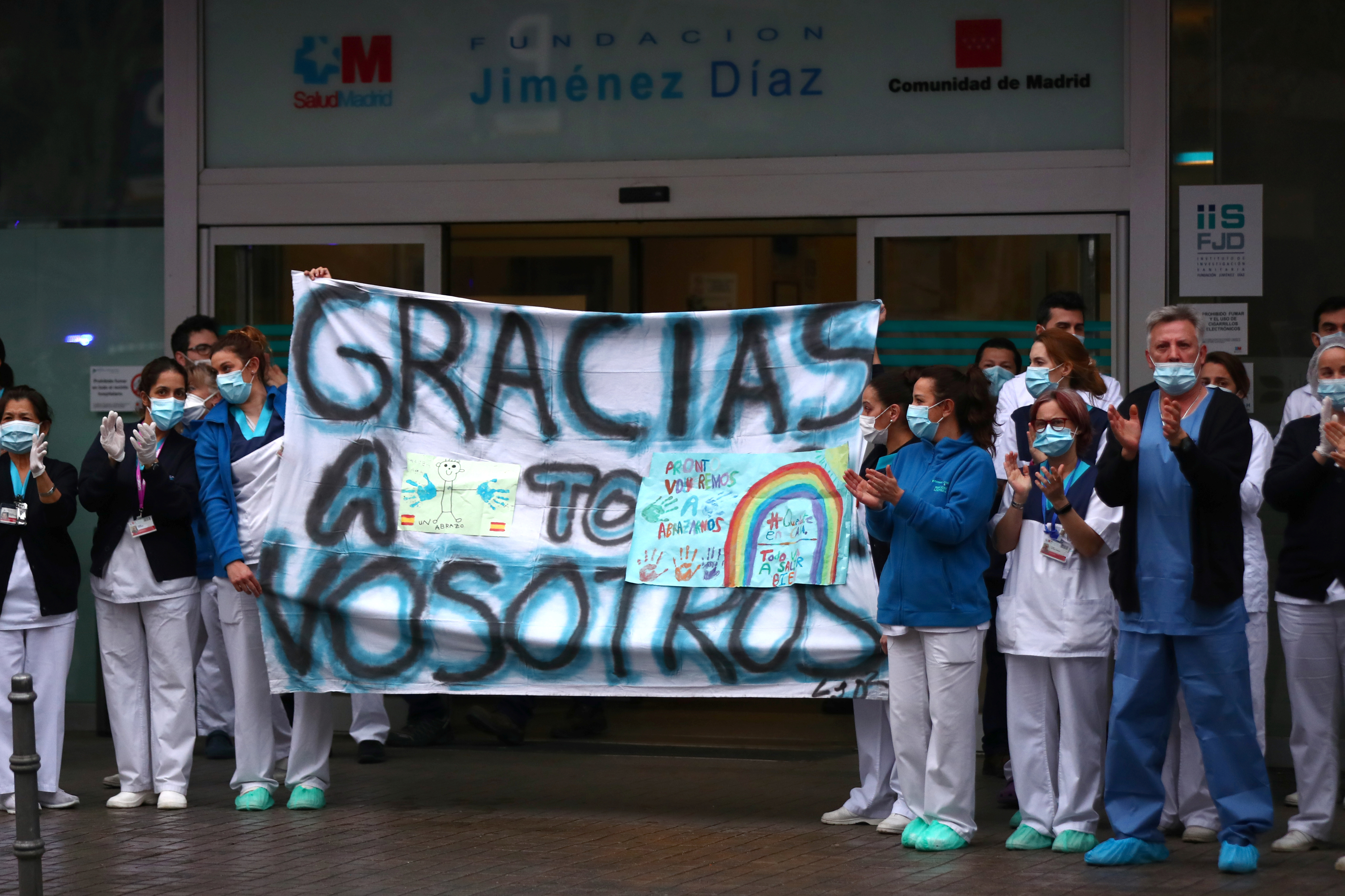 Trabajadores del hospital Fundacion Jimenez Diaz en Madrid (REUTERS/Sergio Perez)