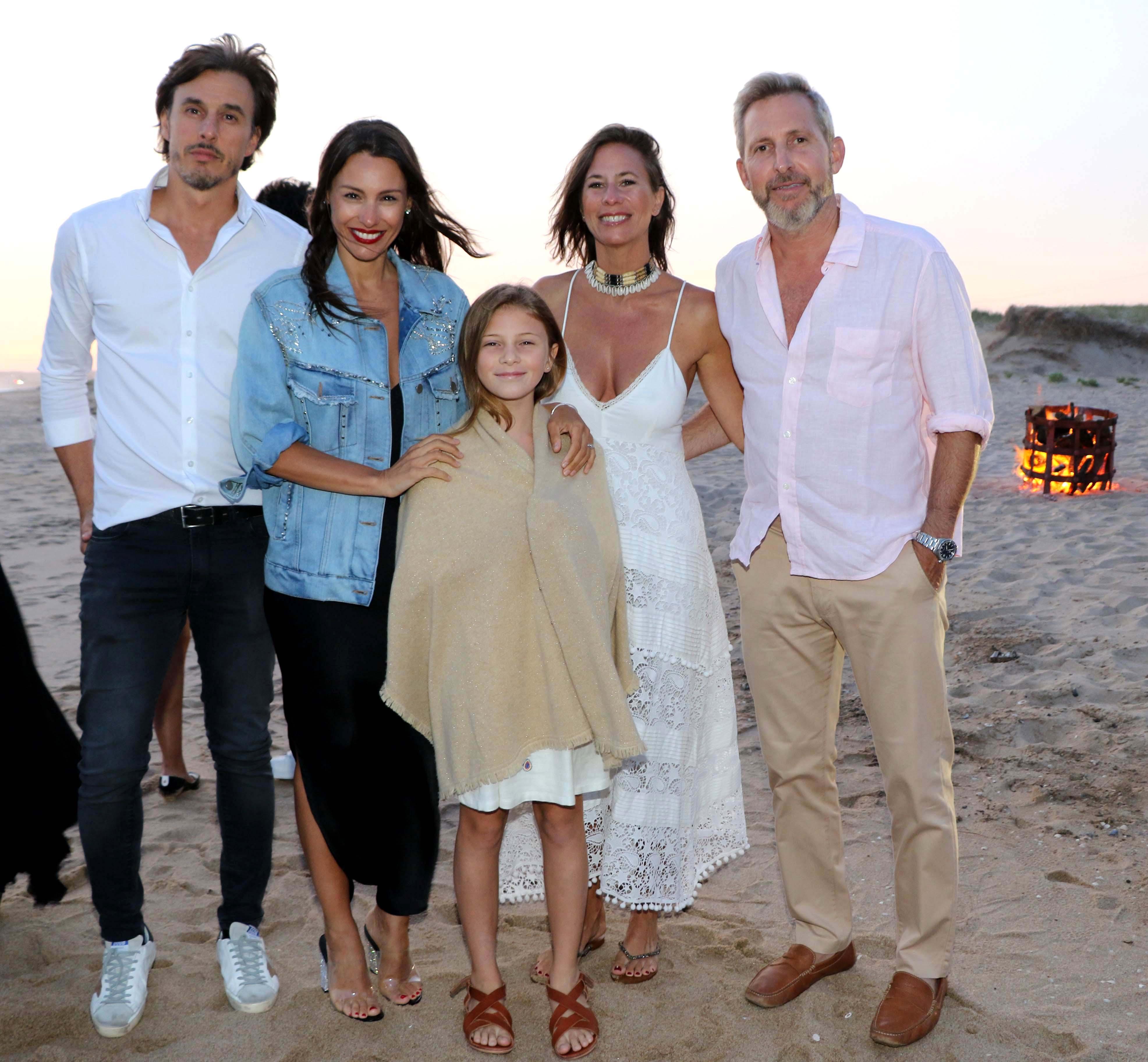 Los anfitriones, con Rogelio Frigerio y su familia