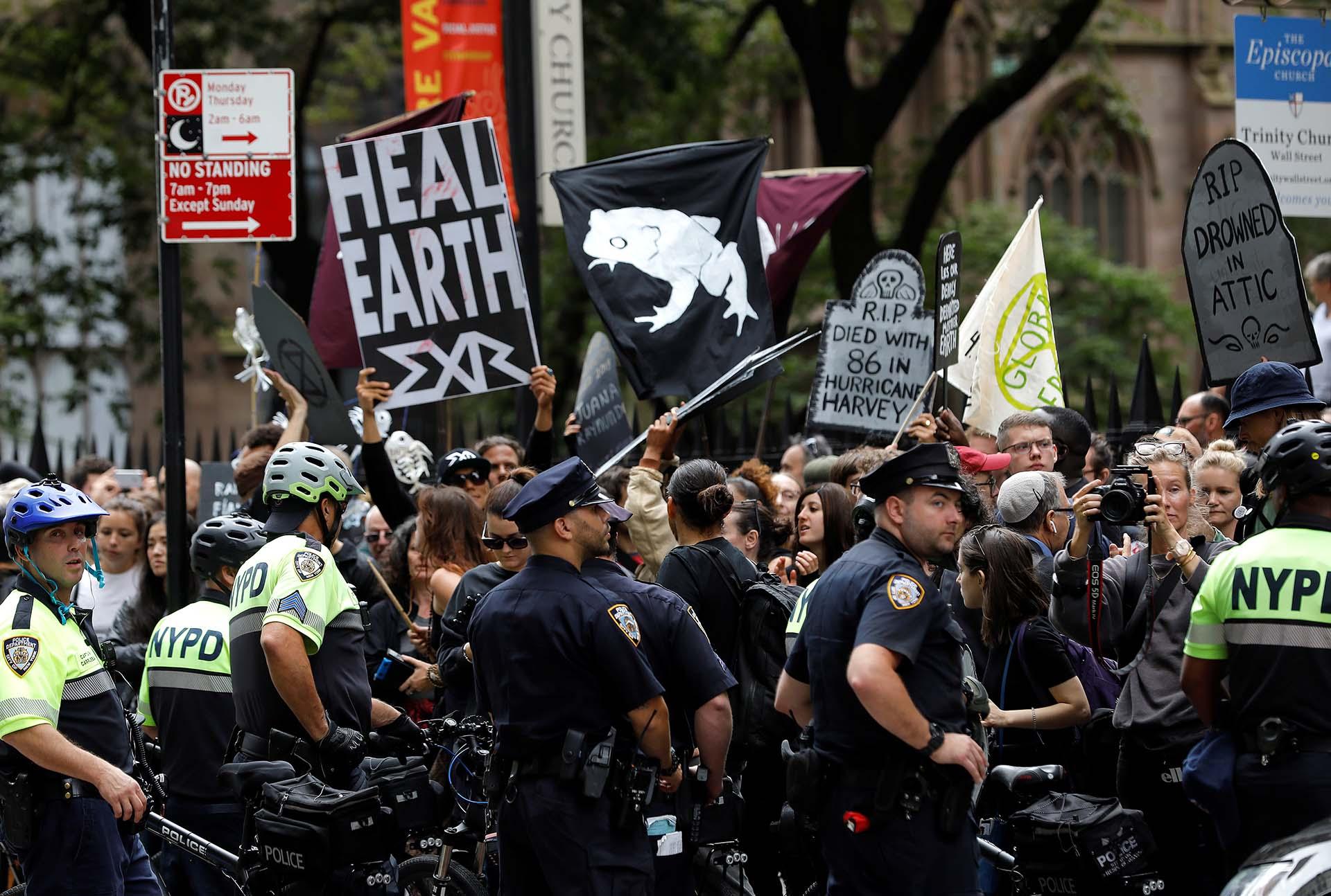 Activistas climáticos se manifiestan durante las protestas de la Rebelión de la Extinción en el bajo Manhattan en la ciudad de Nueva York, Nueva York, EE. UU., El 7 de octubre de 2019. REUTERS / Mike Segar