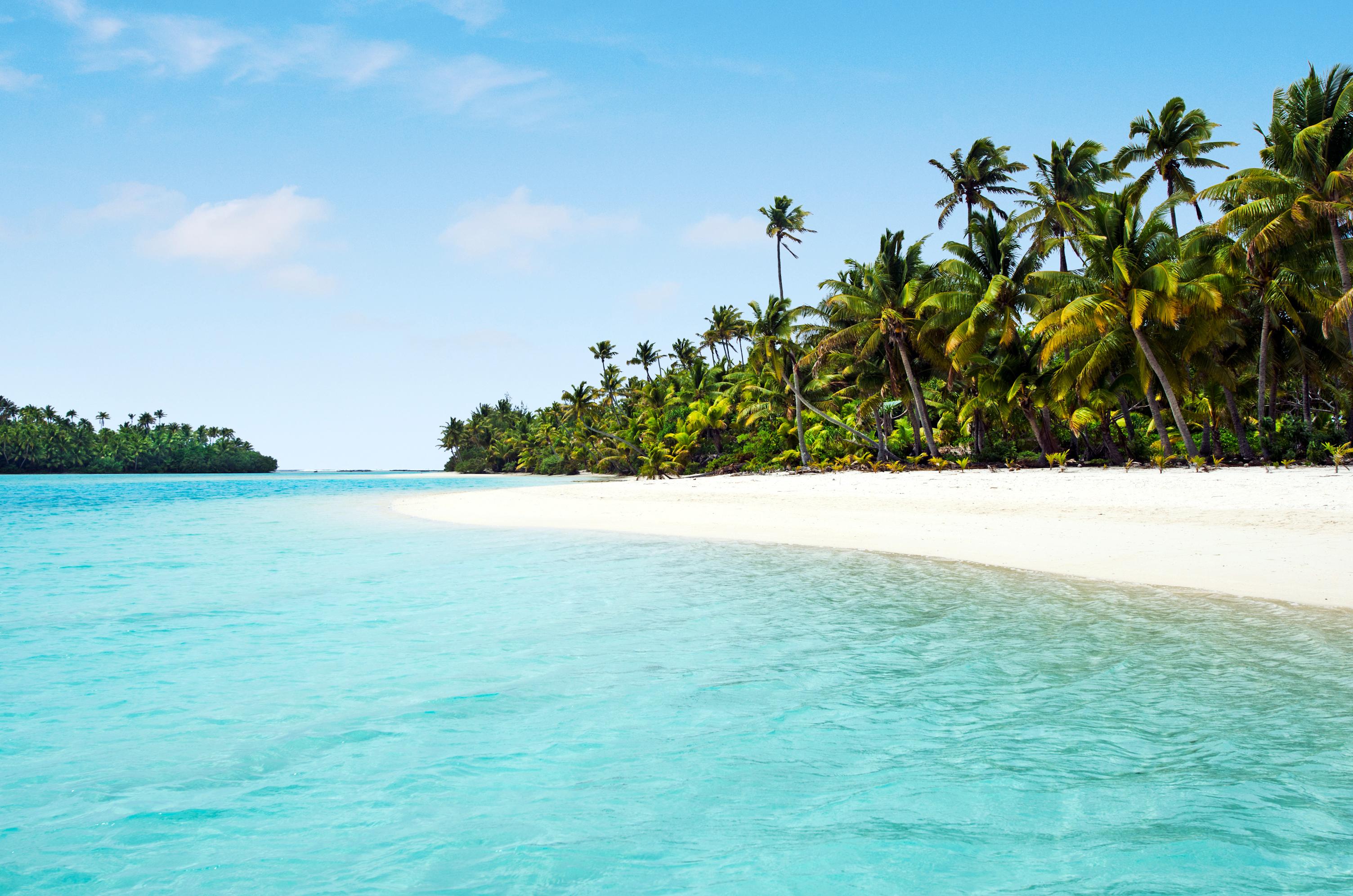 One Foot Island es un islote situado cerca de Aitutaki, Islas Cook, que alberga una playa que está reconocida como una de las mejores del mundo. Y es que estamos hablando de un rincón de fina arena blanca y aguas cálidas y cristalinas. Por supuesto, quienes tengan la posibilidad de tomar el sol o bañarse en este lugar, lo harán rodeados de cocoteros y palmeras