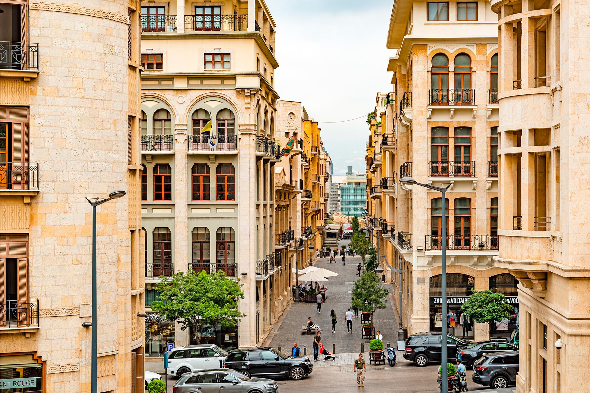 Beirut, la capital libanesa, es una ciudad que te atrapa por sus contrastes. Desde sus modernos apartamentos de lujo que comparten espacio con edificios que conservan las cicatrices de una guerra civil que dividió al país durante 15 años (1975-1990) hasta por su multiculturalidad (con 18 religiones conviviendo en paz) y sus rincones que nunca imaginarías encontrar