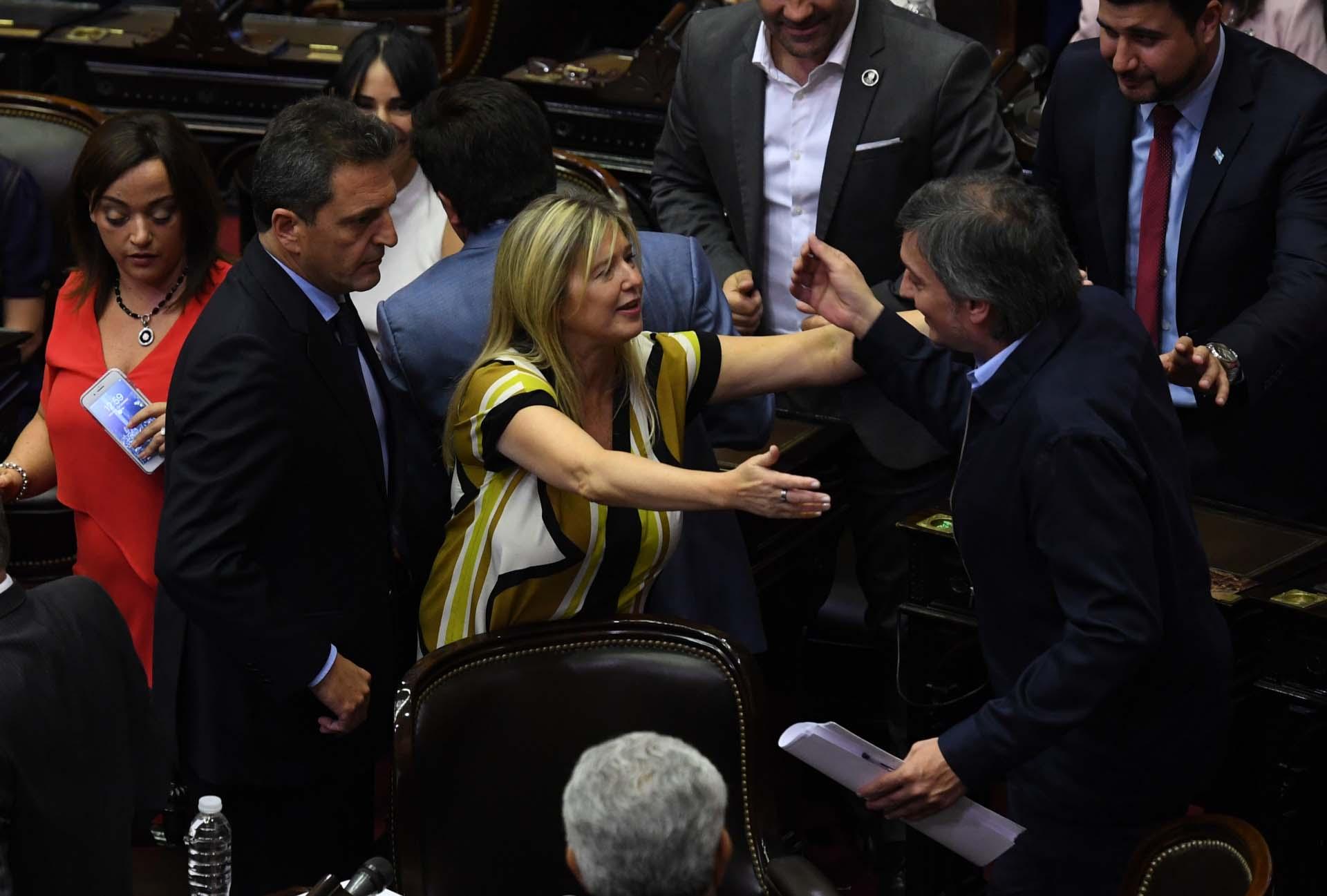 Máximo Kirchner saluda a Cristina Álvarez Rodríguez