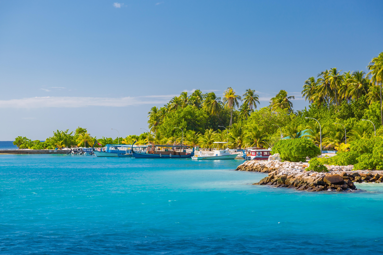 La isla de Dhigurah se encuentra en el sur del Atolón Ari, en la zona oeste de Maldivas. Se trata una isla alargada que cuenta con más de 3 kilómetros de longitud y menos de 300 metros de ancho. Ubicada junto al borde del atolón, en Dhigurah se puede apreciar el rompiente de las olas cerca de su costa este, mientras que a lo largo de su costa oeste se encuentran paradisíacas playas en su calmada laguna interior
