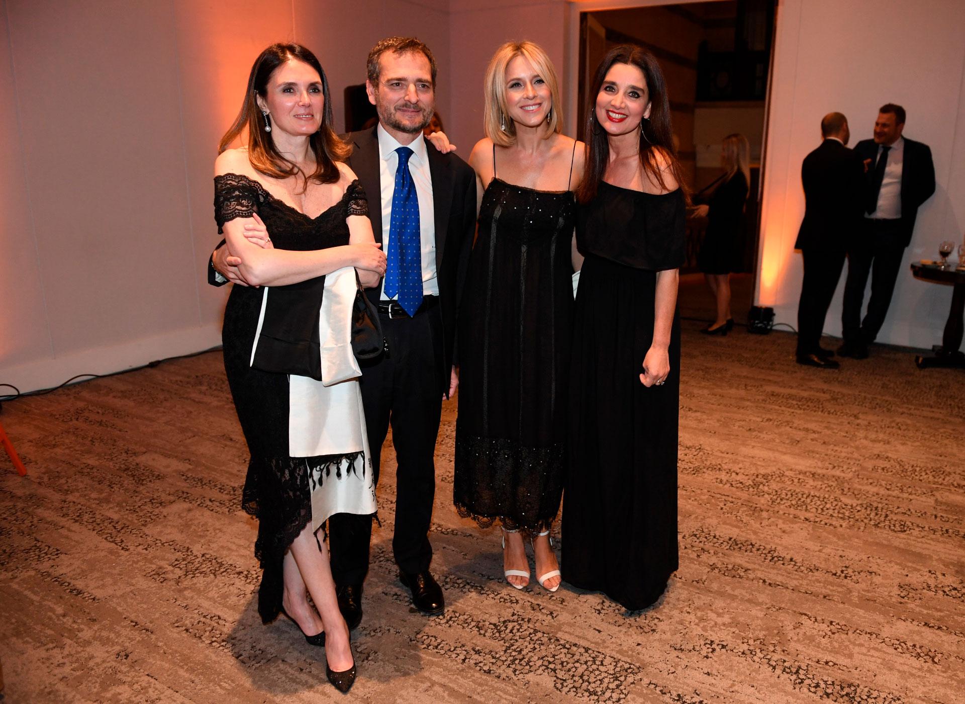 El cónsul italiano y su mujer junto a Carla Peterson y Verónica Varano