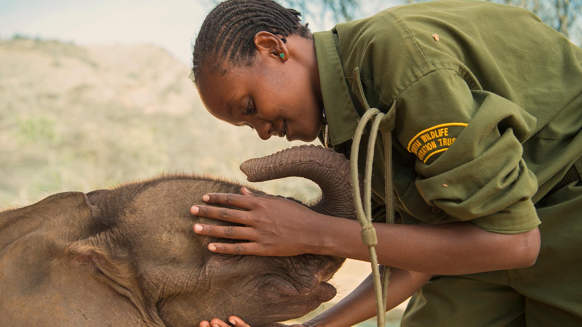 Mary Lengees, una de las primeras mujeres en dedicarse a la protección de los elefantes en el Santuario de Elefantes Reteti, en Kenia