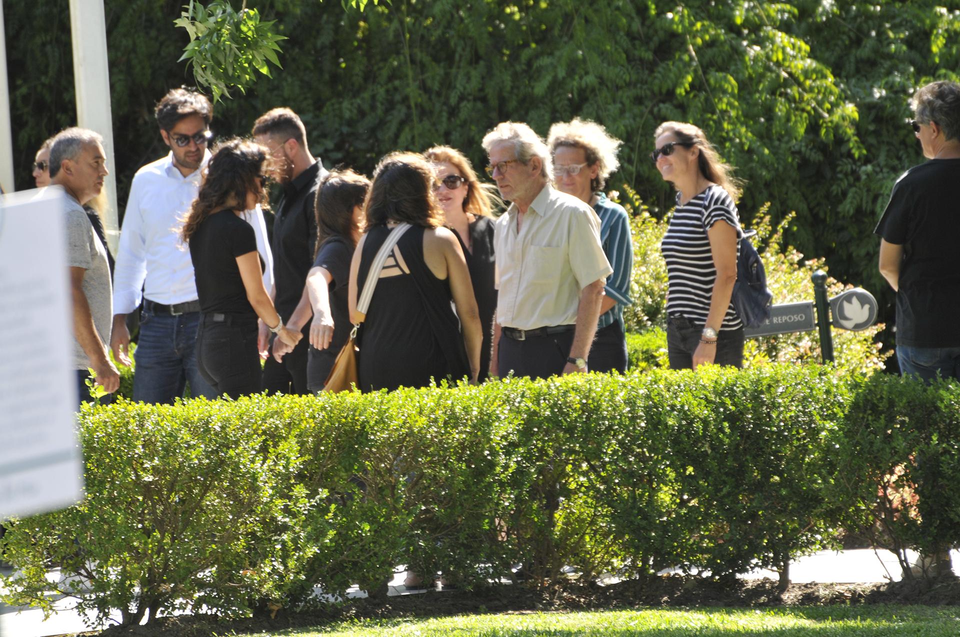 Pablo Alarcón, pareja de Lucía, entre los amigos y familiares que se acercaron al lugar