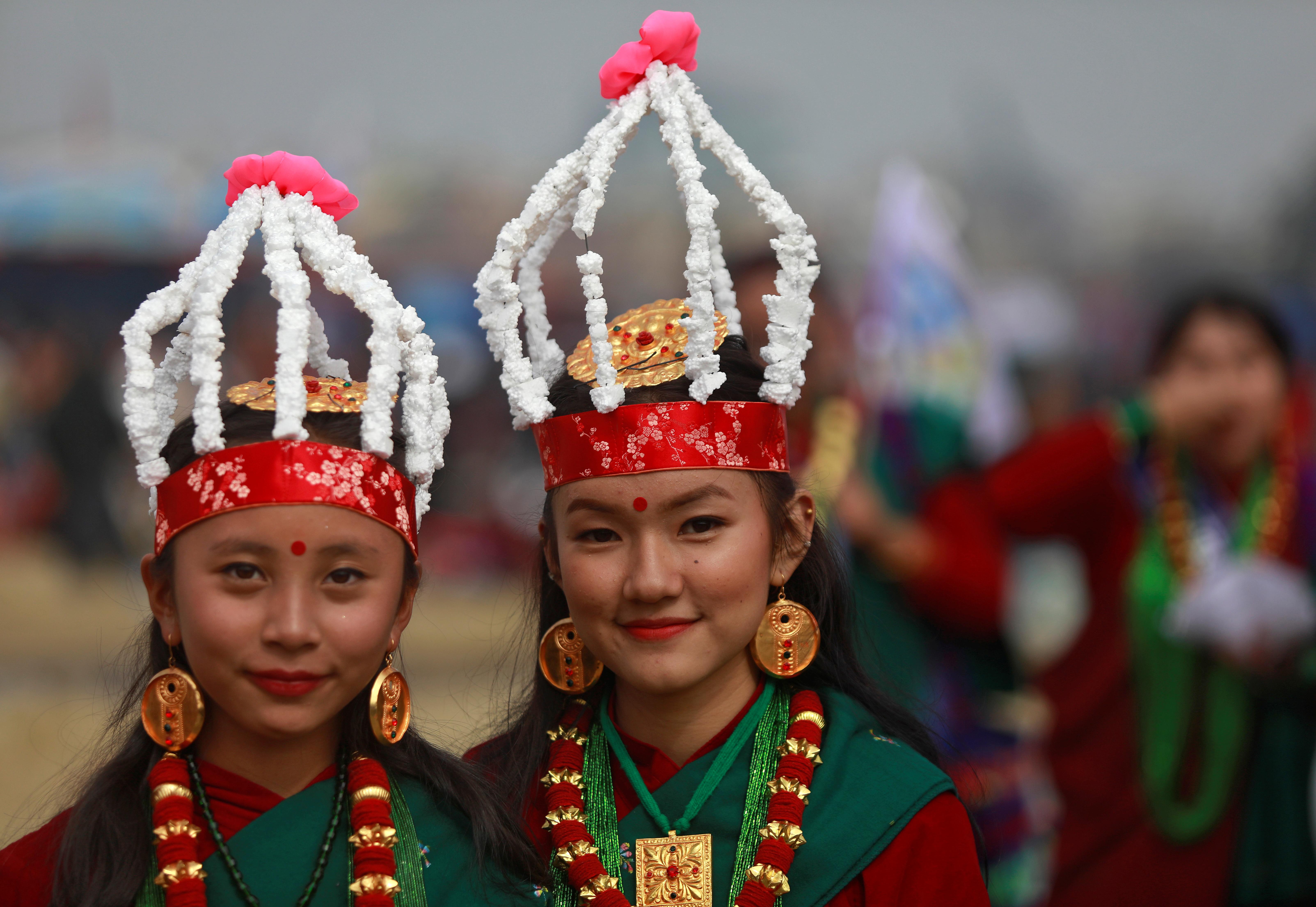 Jóvenes con vestidos tradicionales participan del desfile de Tamu Lhosar en las calles de Katmandú, Nepal, para celebrar la llegada del nuevo año.