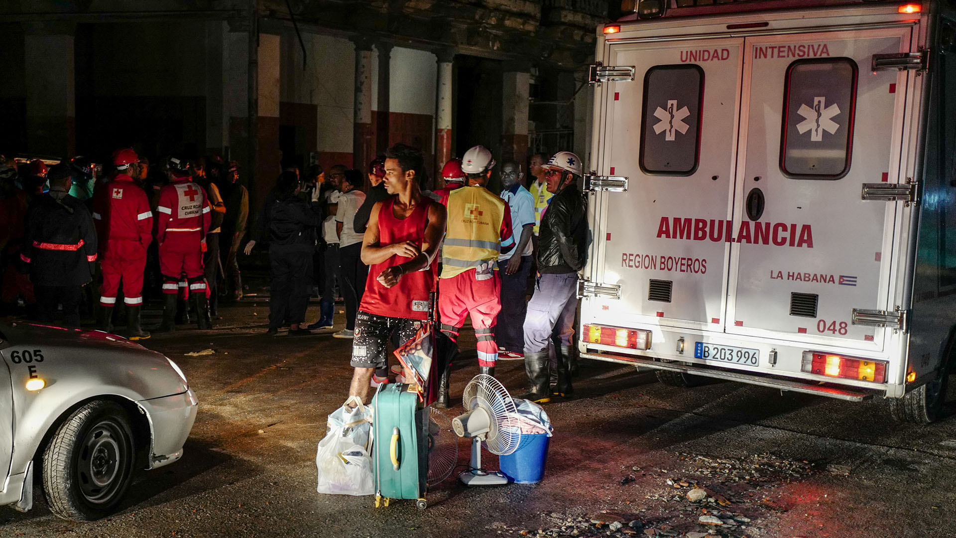 Los afectados por el fenómeno sacaron de sus casas lo que quedó sano tras el tornado (AFP)