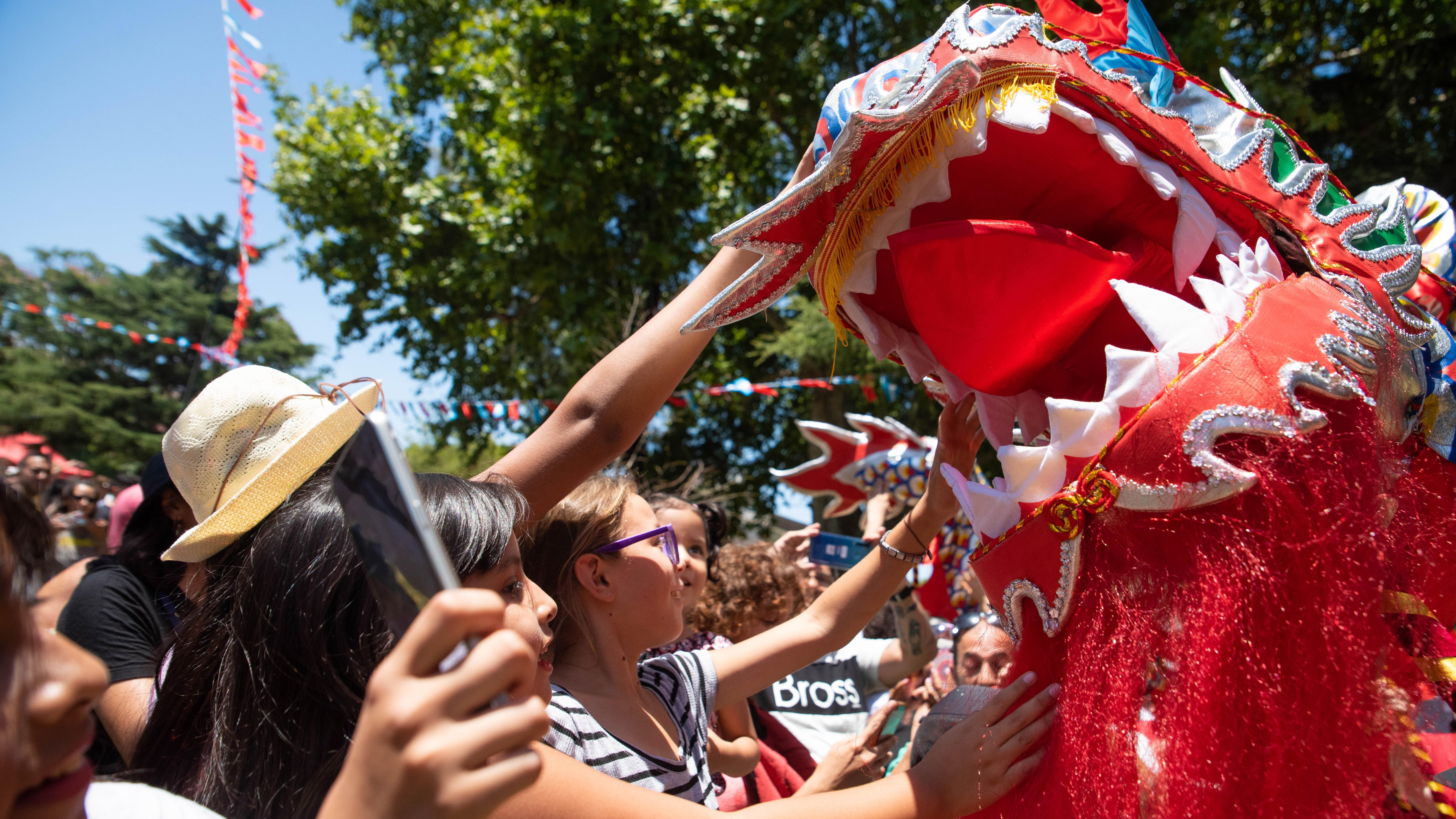 La imagen del dragón, un símbolo característico de la cultura china, estuvo presente en varios momentos de la fiesta.