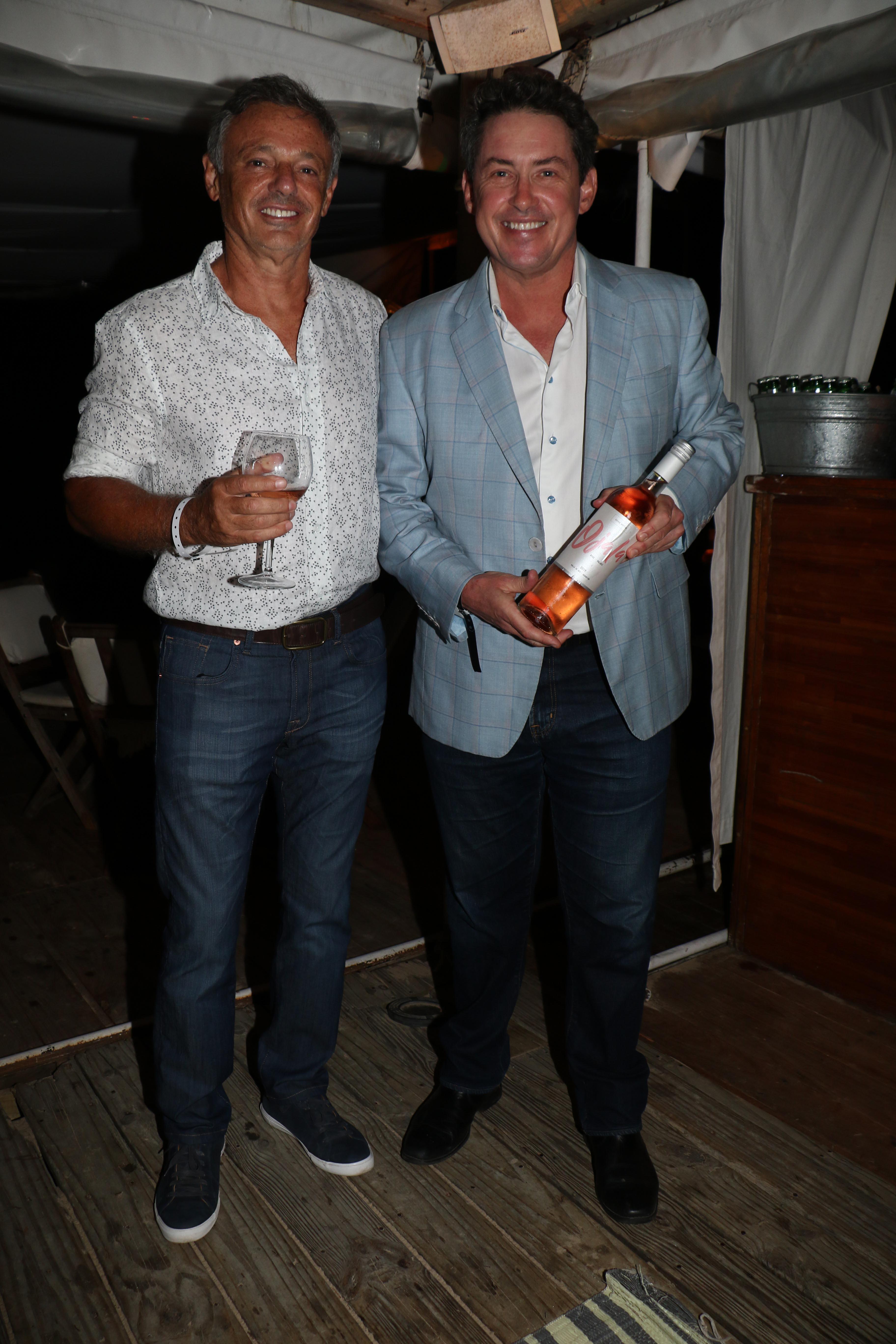 El look canchero de Noah Mamet en la presentación de su vino. En la foto, el ex embajador de los Estados Unidos en la Argentina posa junto a Francisco Cabrera