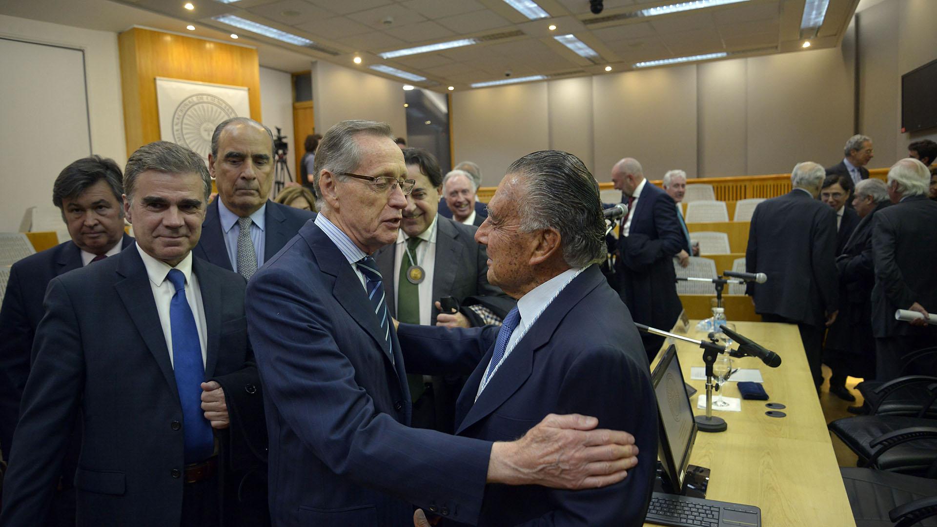 El ex canciller Adalberto Rodríguez Giavarini saluda al nuevo miembro de la Academia de Ciencias de la Empresa