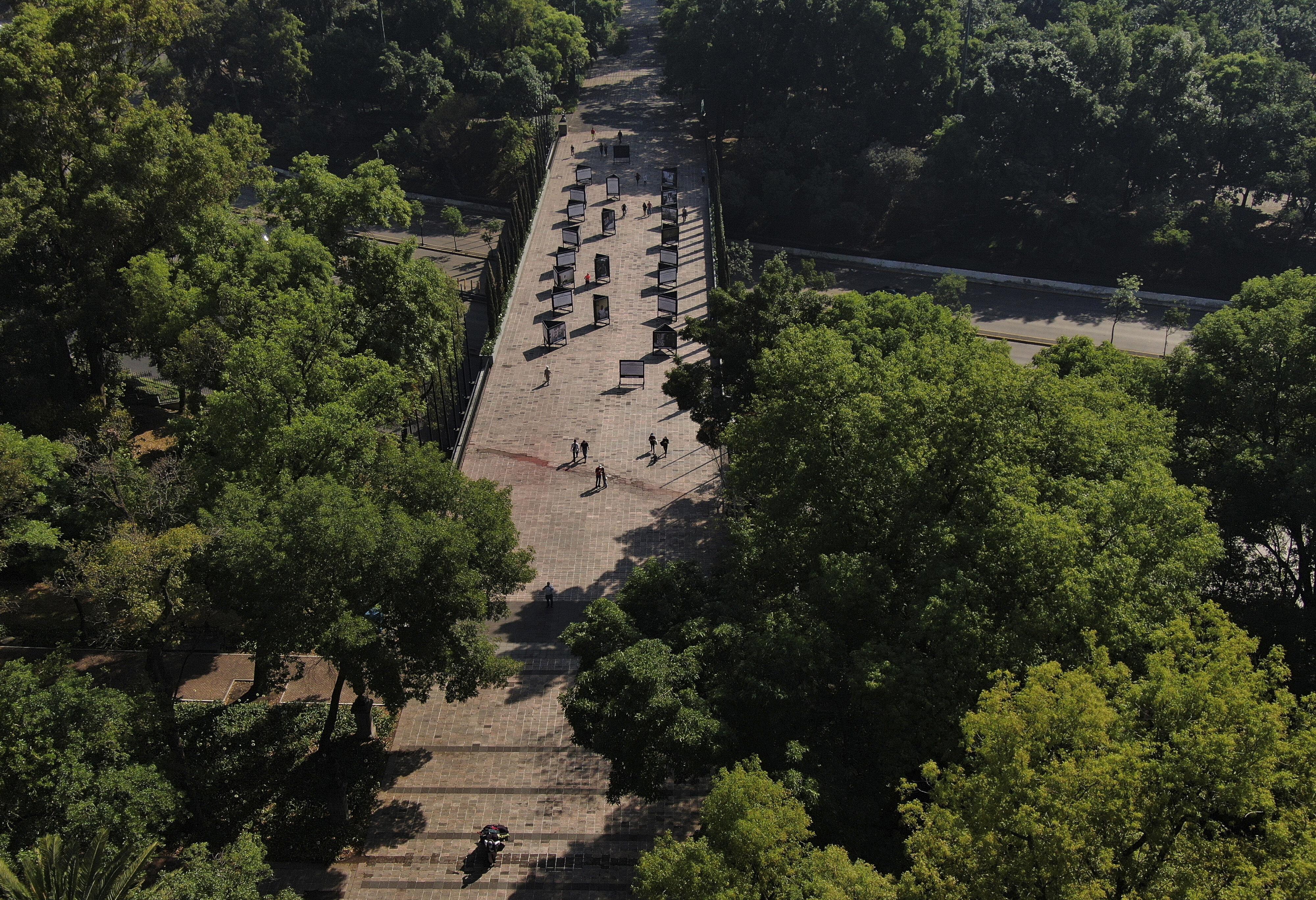Unos pocos peatones caminan cerca de la entrada del parque Chapultepec en la Ciudad de México, el domingo 22 de marzo de 2020.