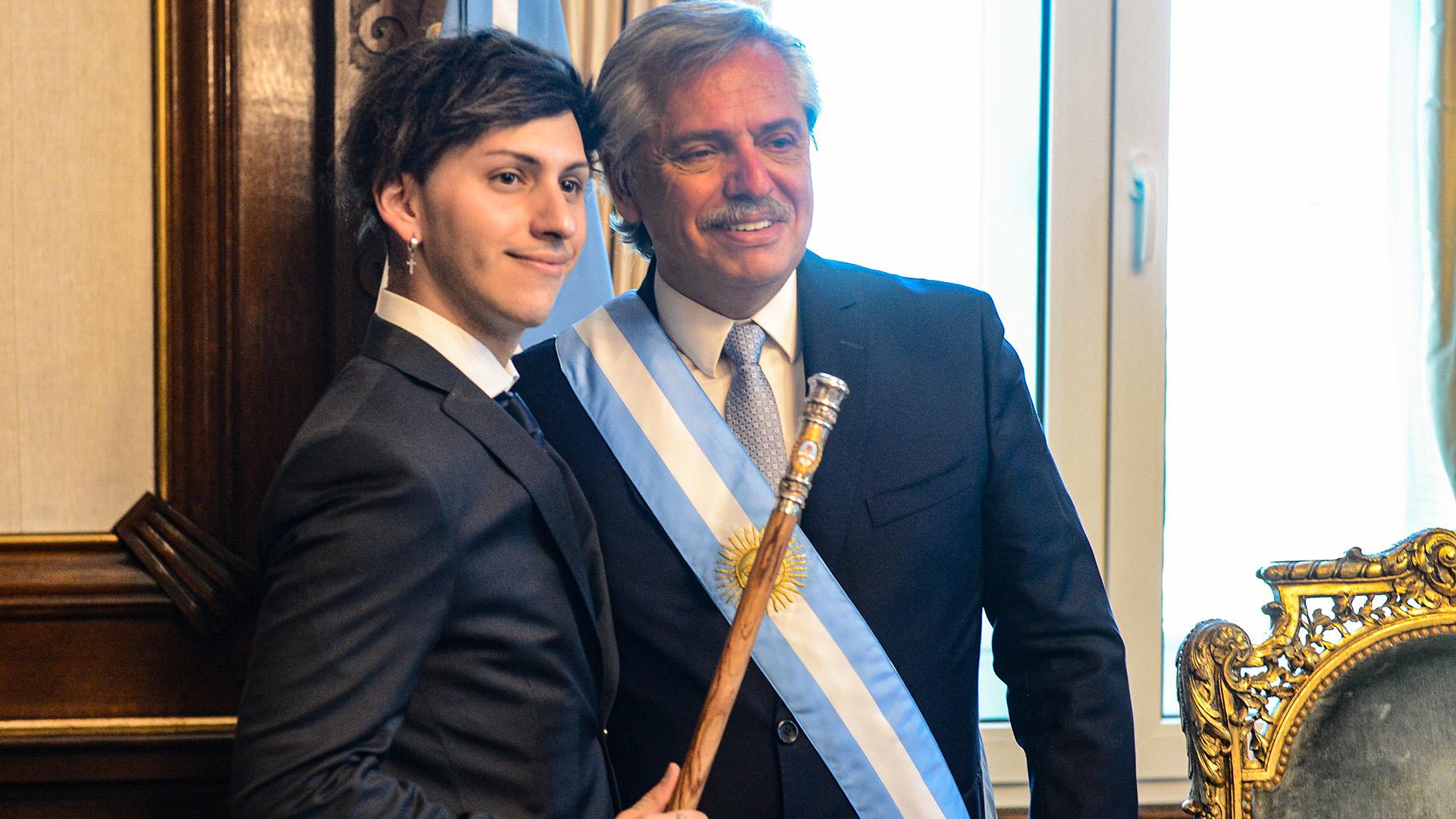 Alberto Fernández y su hijo Estanislao en su primera cesión de fotos como presidente en la Casa Rosada